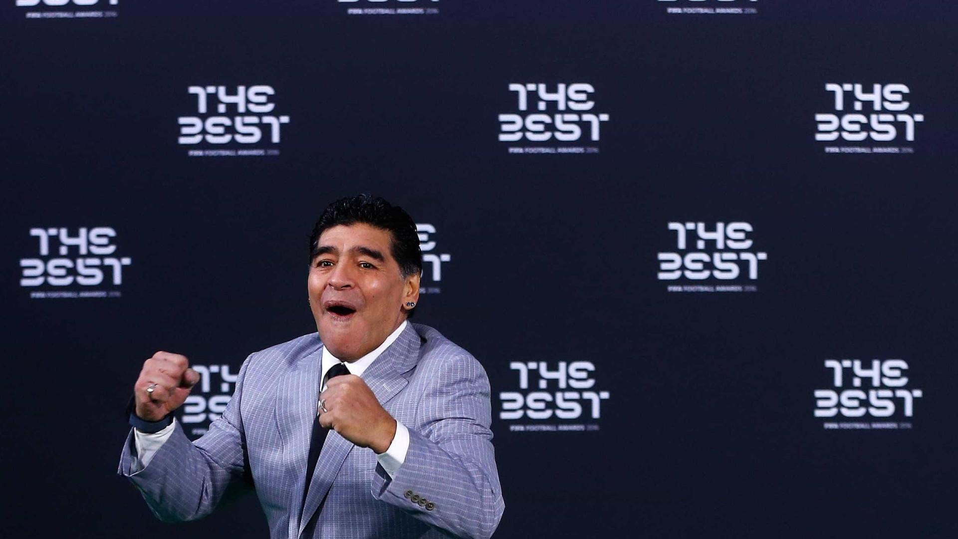 """Maradona 'atira-se' a Dani Alves: """"É um idiota"""""""