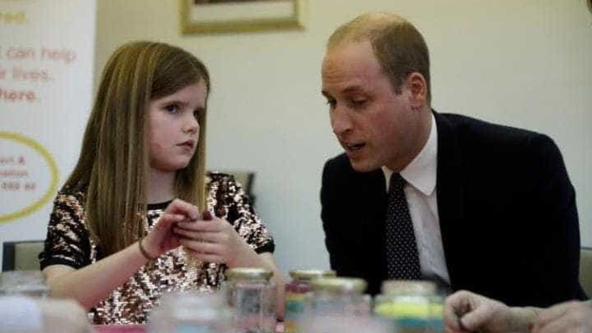"Príncipe William conforta menina: ""Também perdi a minha mãe"""