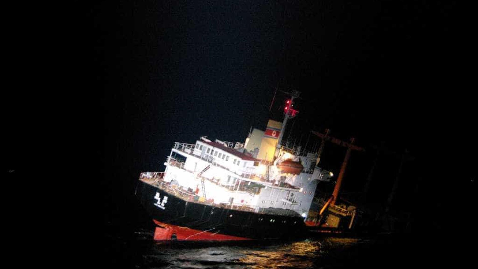 Resgatados 26 norte-coreanos de cargueiro que naufragou junto ao Japão