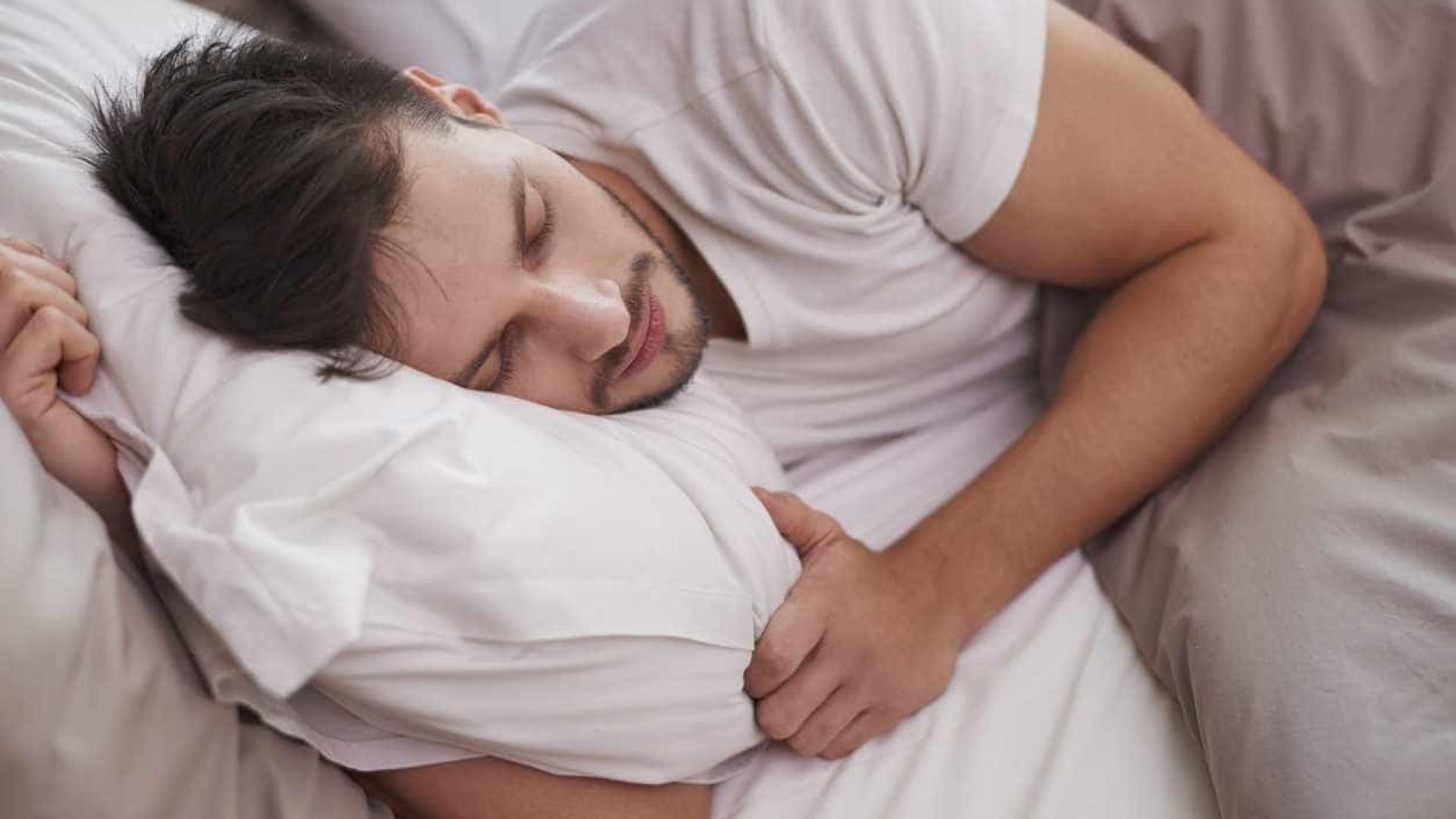 Almofada inovadora promete arrefecer-lhe a cabeça a noite inteira
