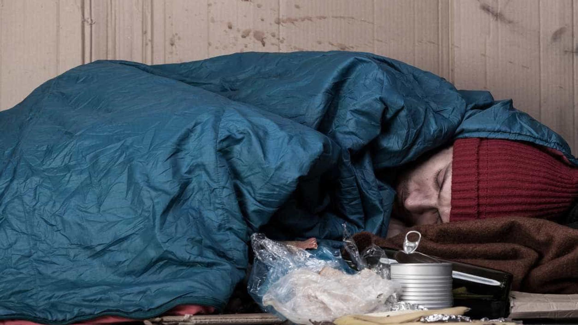 Sem-abrigo arrisca a vida para dormir no centro de Londres