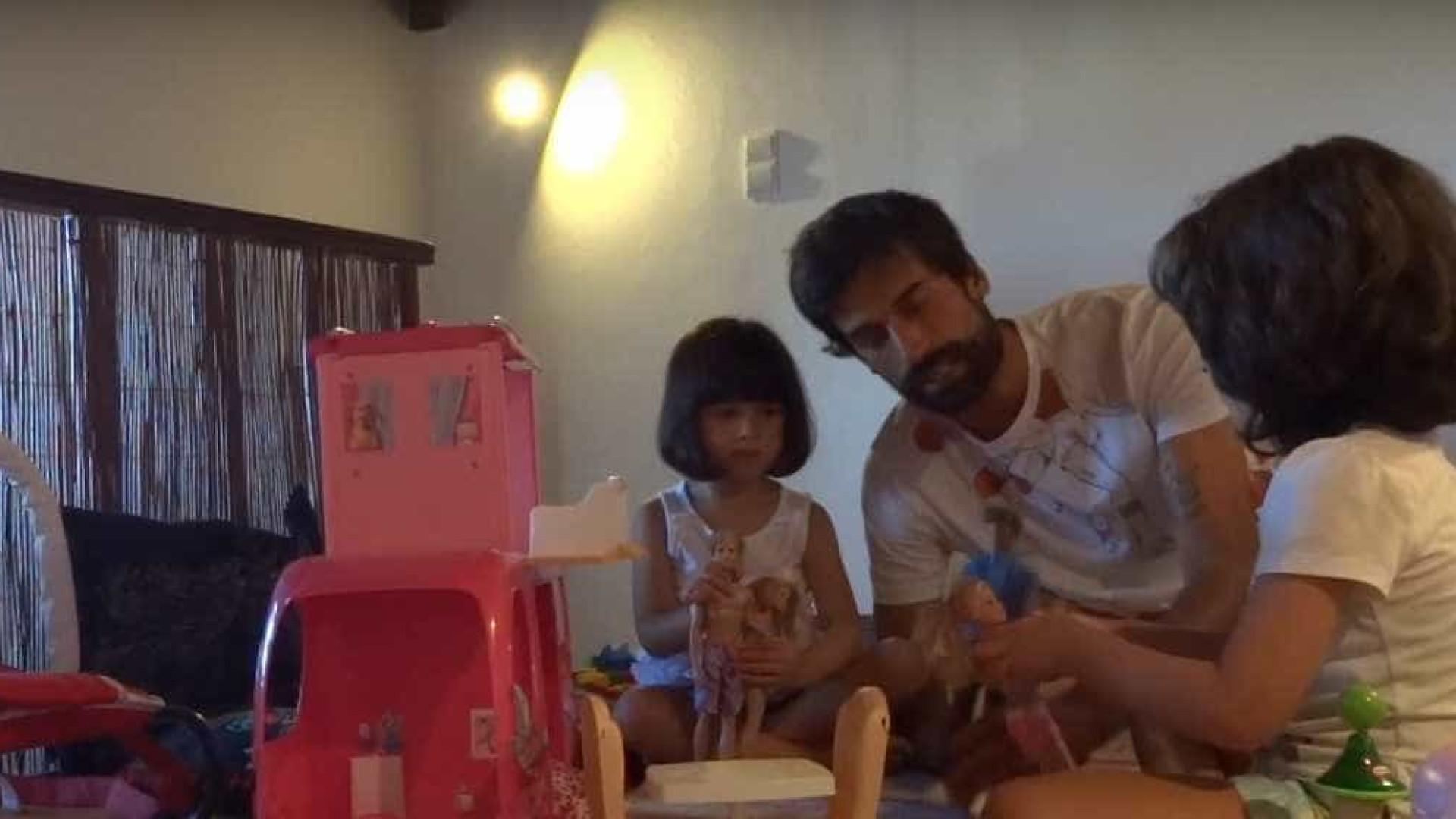 Raminhos pôs as filhas a limpar a casa (e elas portaram-se bem)