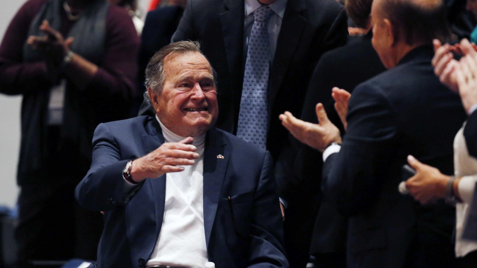 George H.W. Bush acusado de ter apalpado jovem de 16 anos em 2003