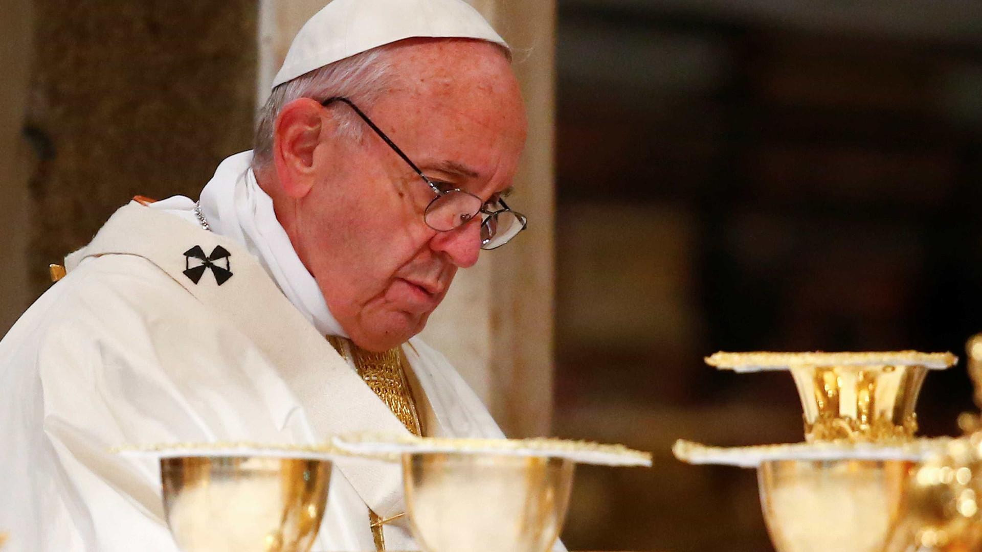 Papa reza junto dos túmulos de Francisco e Jacinta antes da canonização