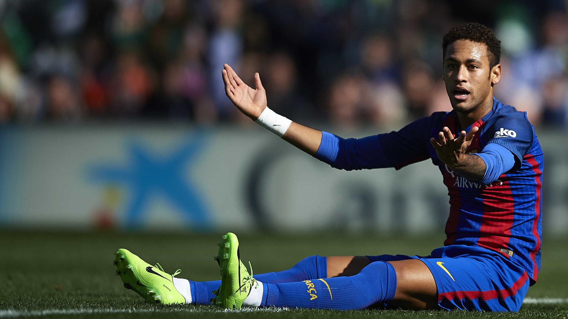 Família de Neymar reconforta o jogador depois da eliminação do Barcelona