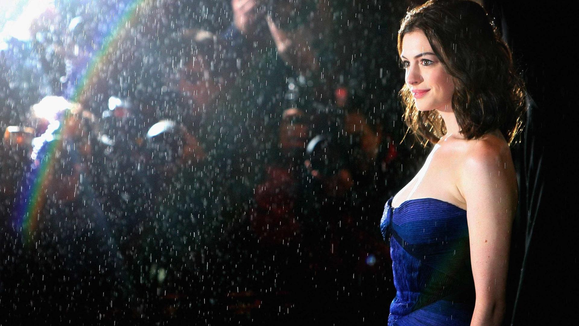 Anne Hathaway teve preconceitos em trabalhar com mulheres cineastas