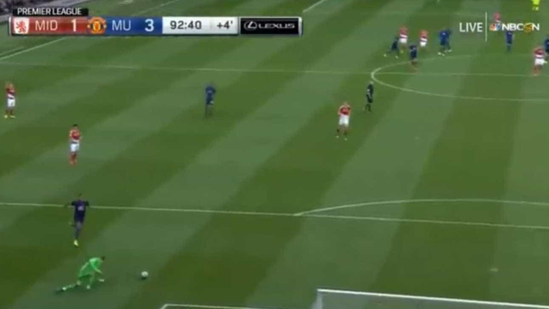 Víctor Valdes escorrega e 'oferece' golo ao Manchester United
