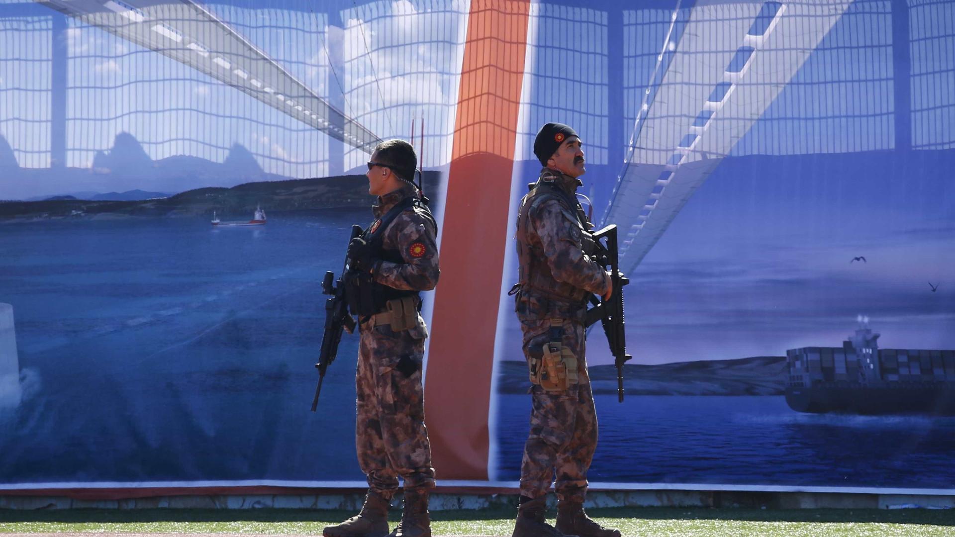 Polícia turca deteve mais de duas mil pessoas por suspeitas de terrorismo