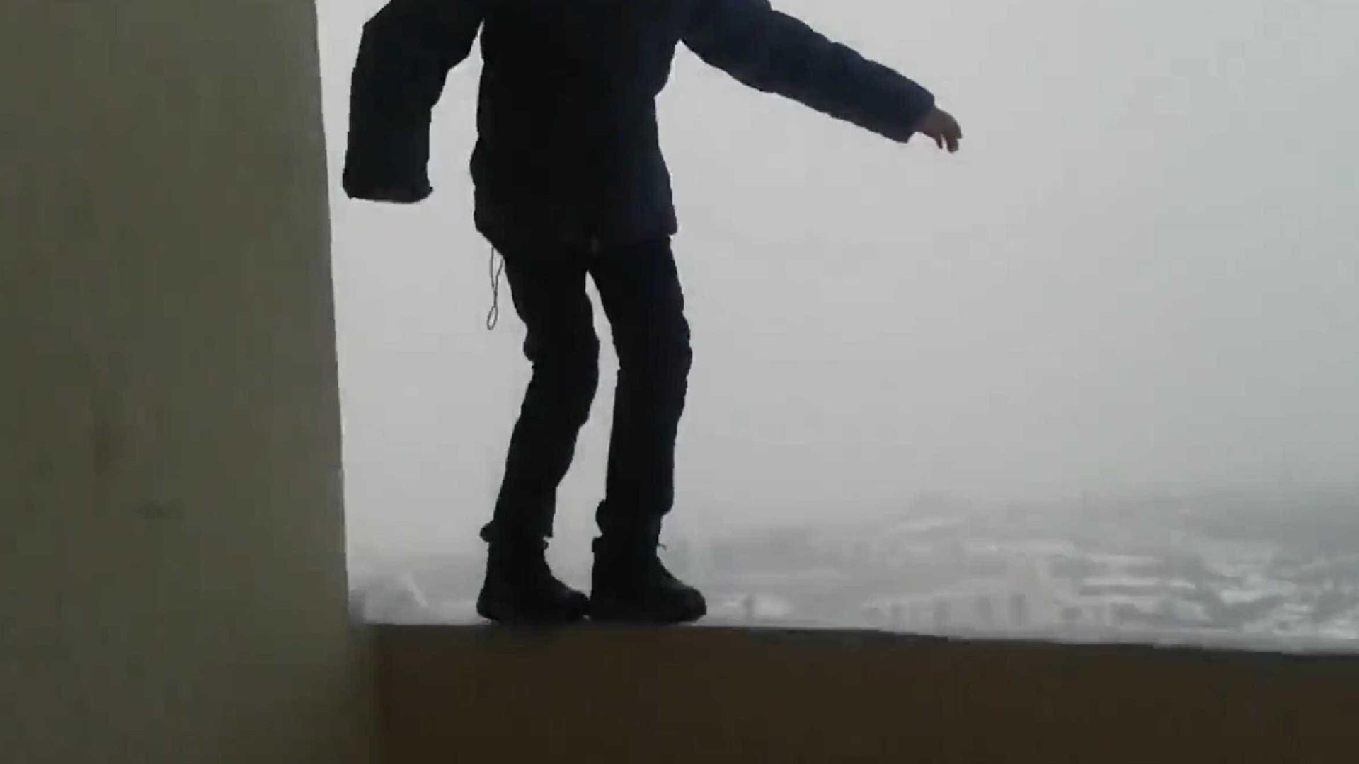 Brincadeira com criança em varanda no 25.º andar está a chocar a internet