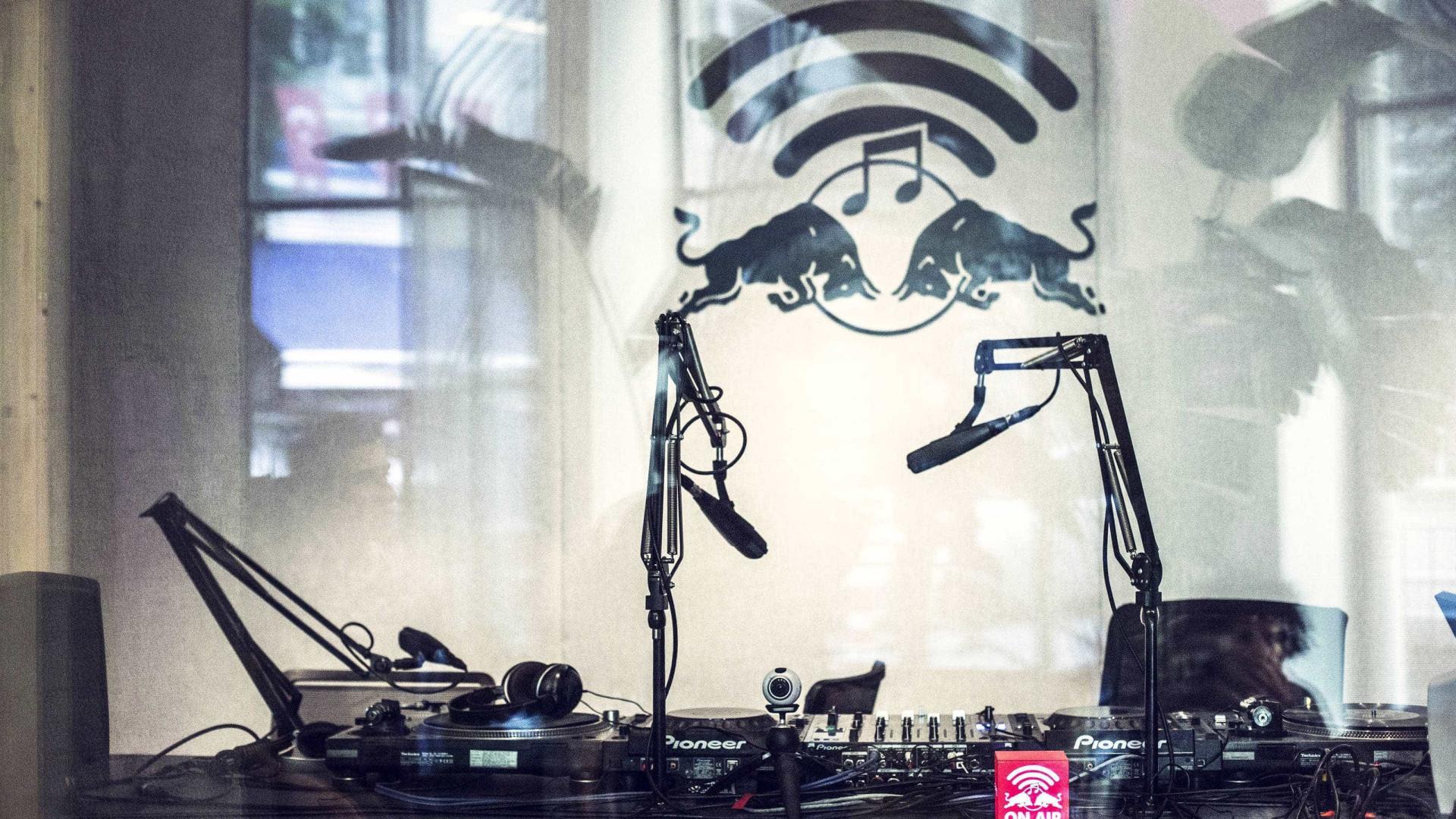 """Red Bull inaugura estúdio de rádio e bar pop-up com """"música lusófona"""""""