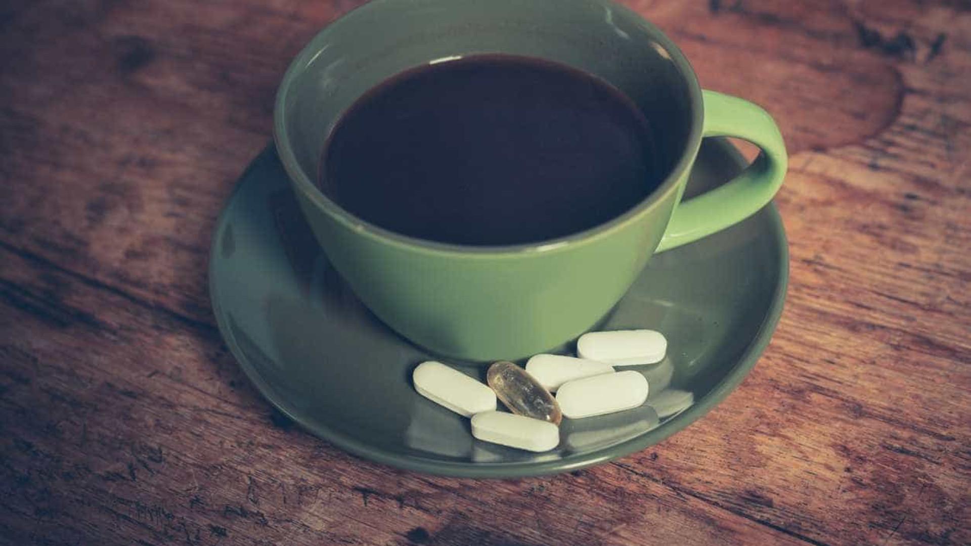 Se quer que os suplementos vitamínicos funcionem, não os tome com café