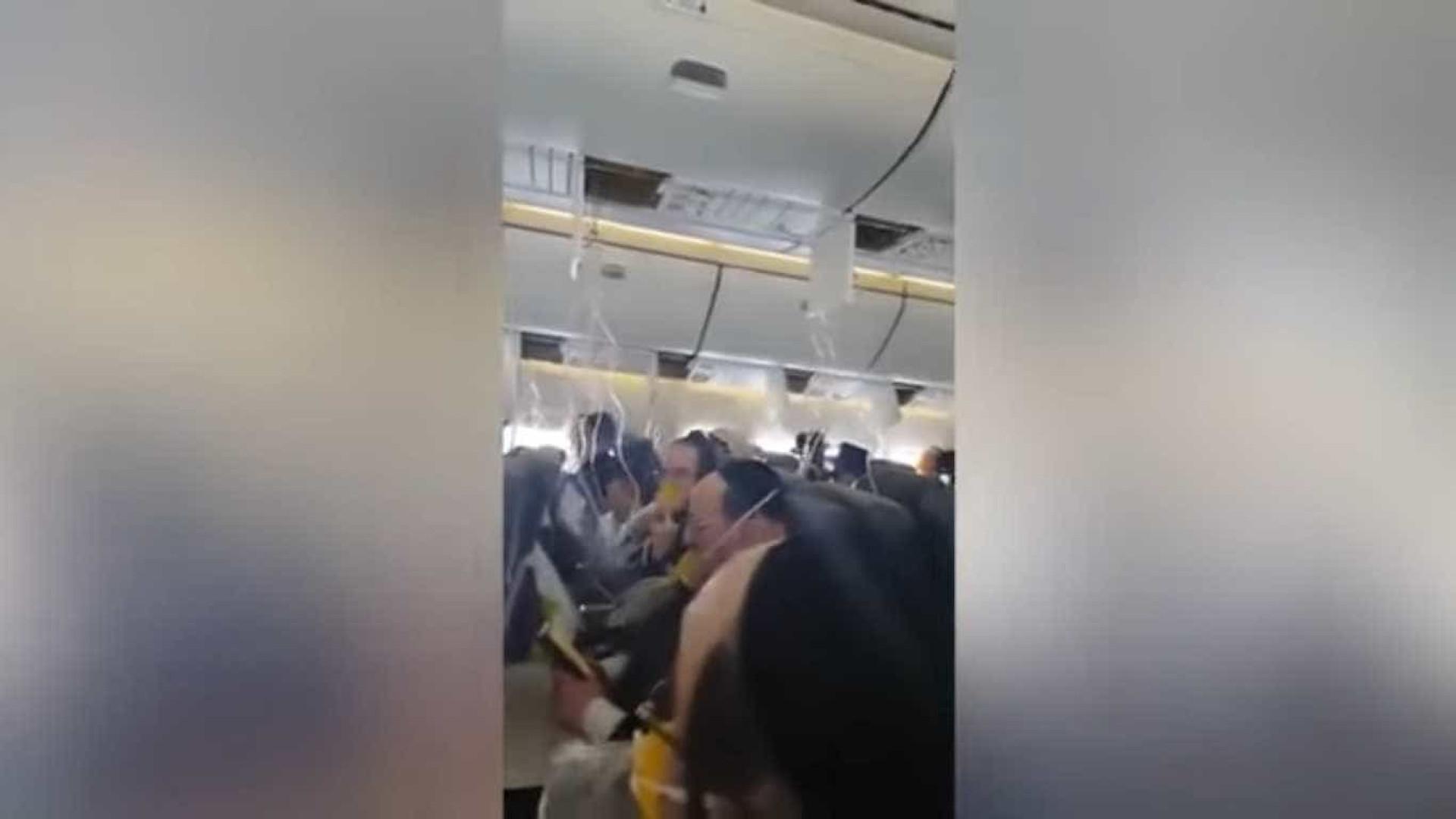 Após aviso de aterragem de emergência, cantaram e rezaram em conjunto