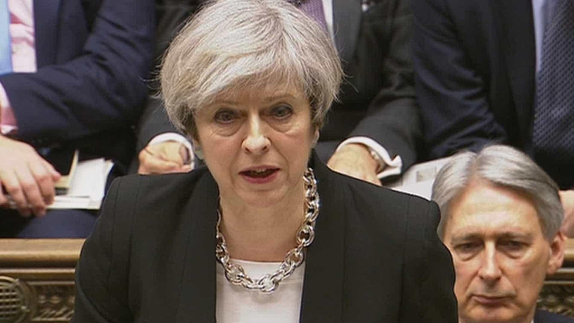 Theresa May expressa condolências a Hollande após atentado