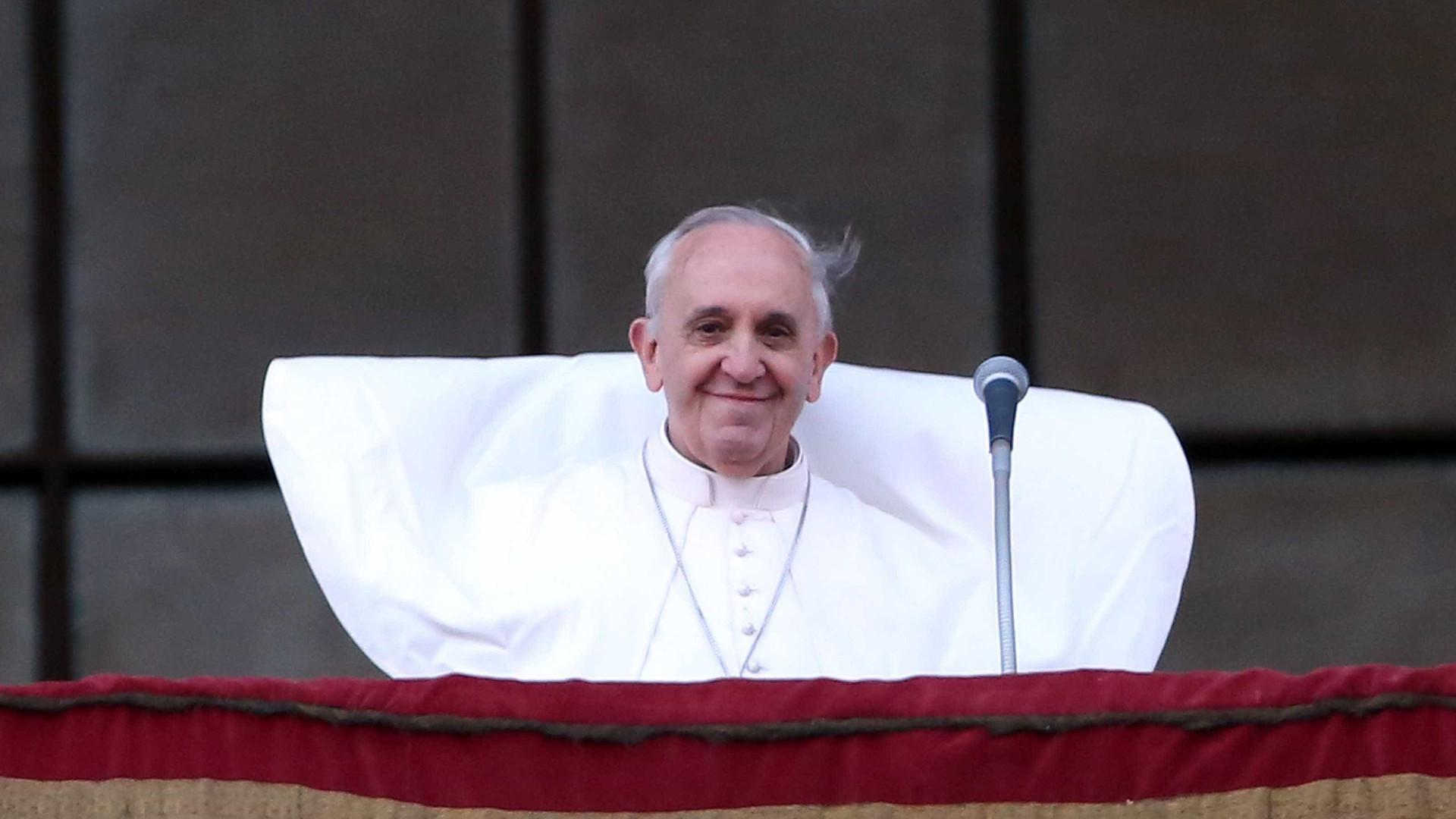 Criança envolvida na canonização e família assistem à peregrinação