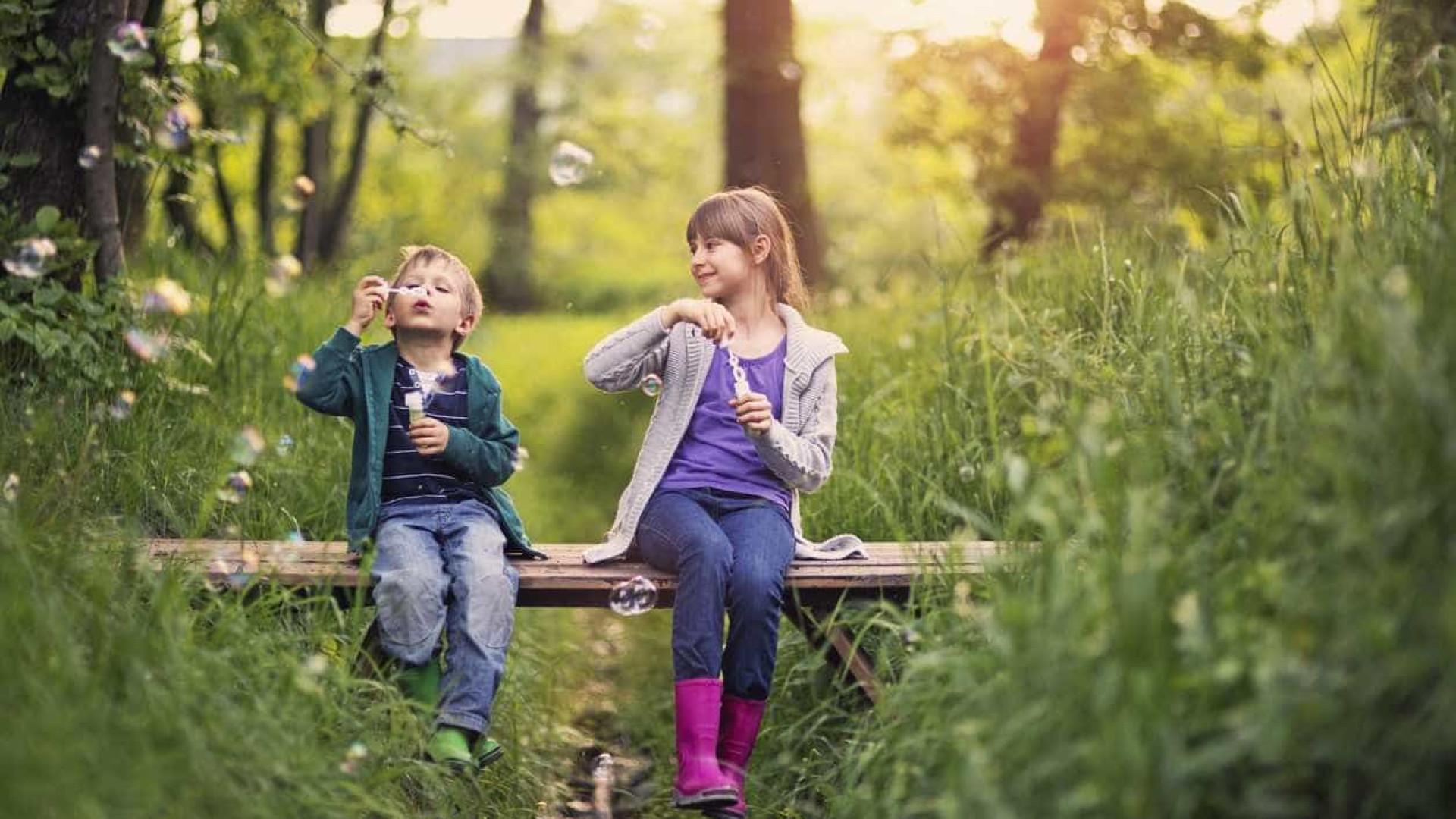Resultado de imagem para crianças e adultos na natureza