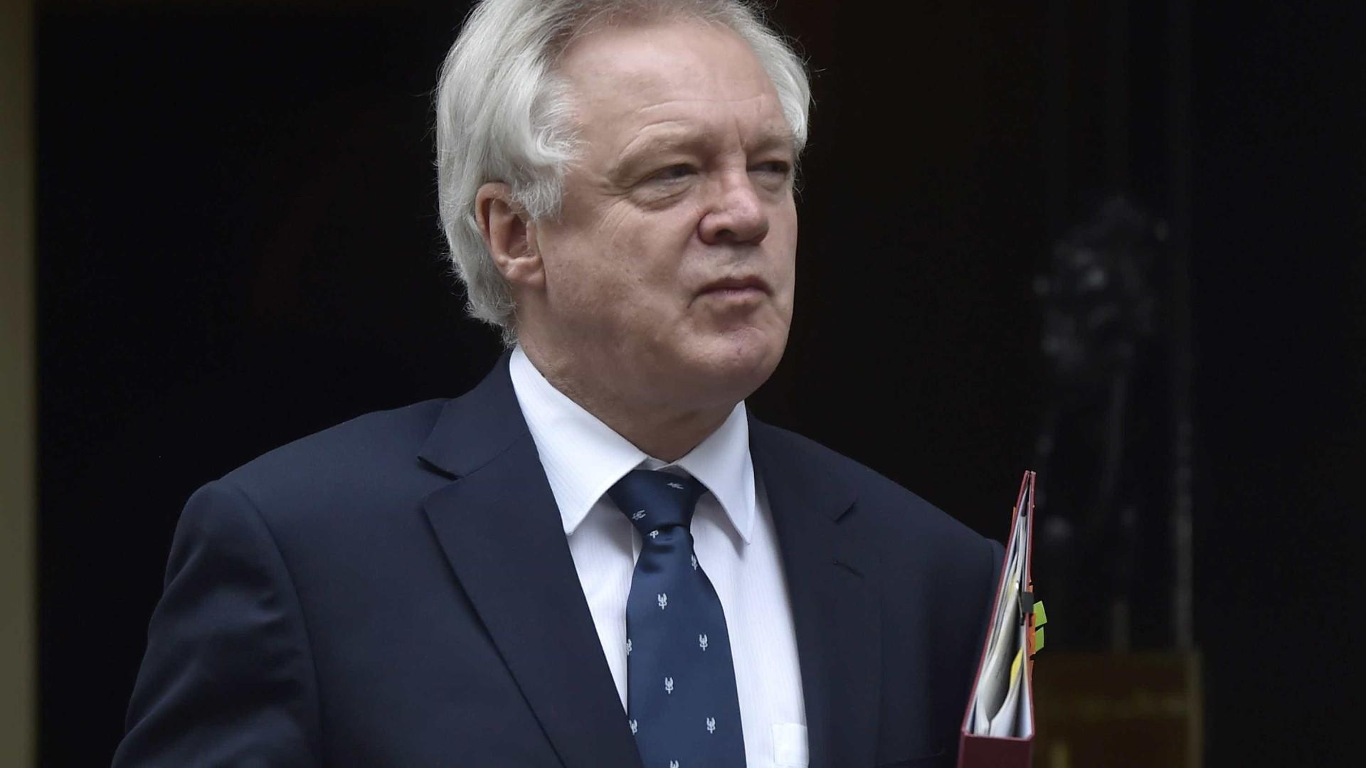 """Brexit: Londres inicia negociações em """"tom positivo e construtivo"""""""