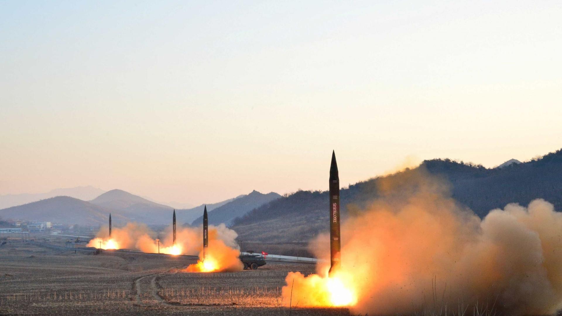 Coreia do Norte celebra com cientistas lançamento de último míssil