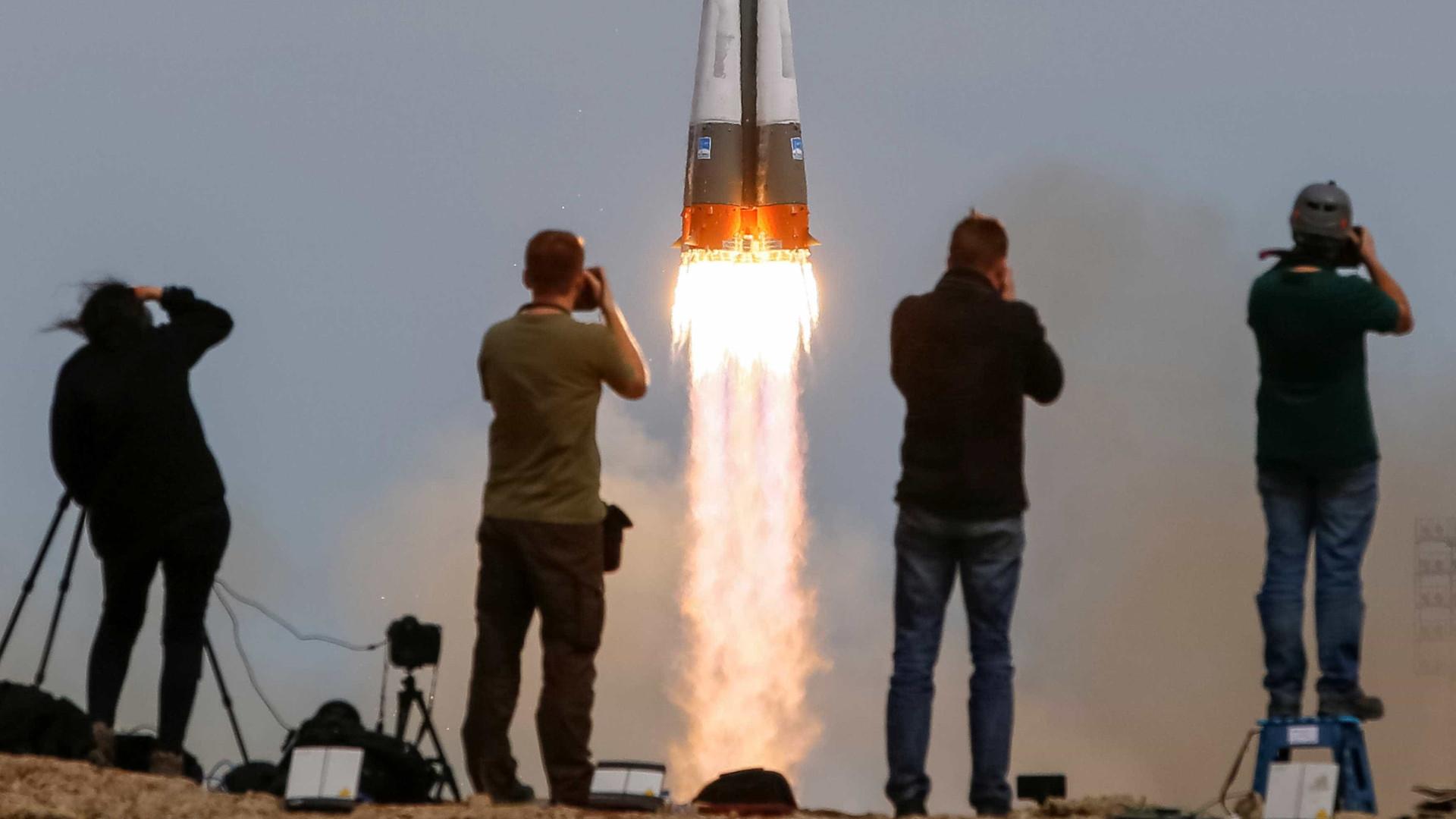 Nave tripulada russa parte rumo a Estação Espacial Internacional