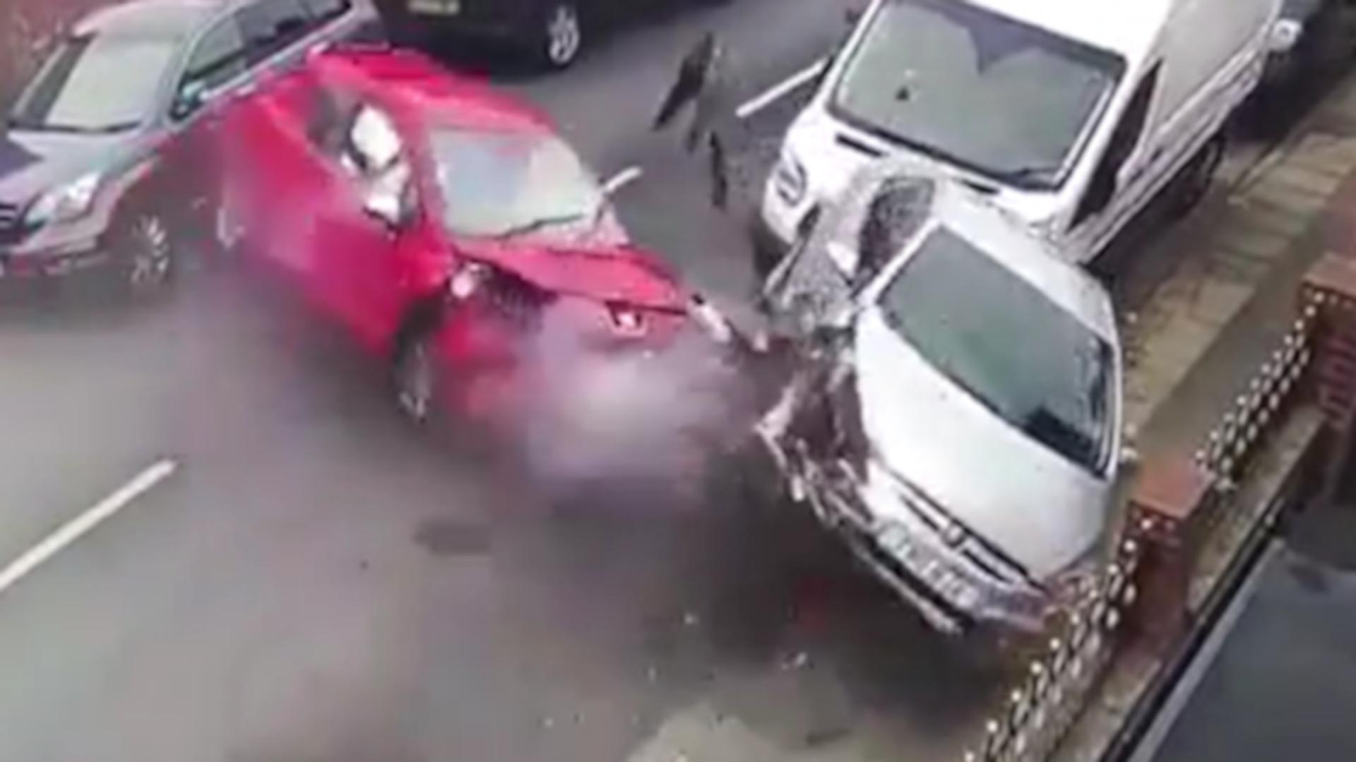 Embateram em quatro carros e fugiram com o cão nas mãos