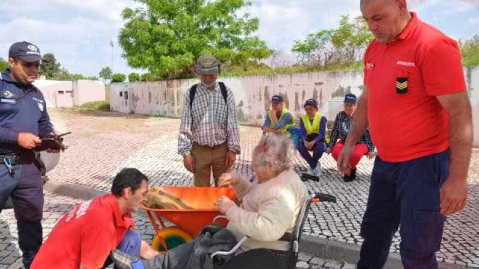 Homem leva mulher em carrinho de mão para levantar reforma em Elvas