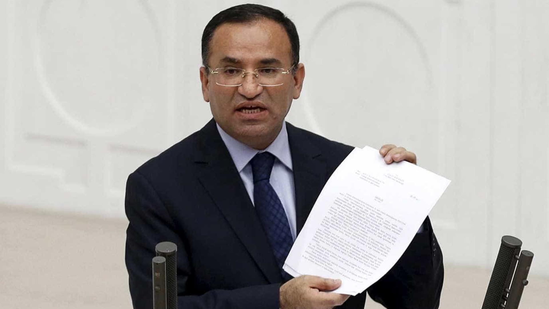 Ministro turco vincula observadores internacionais a  grupos terroristas