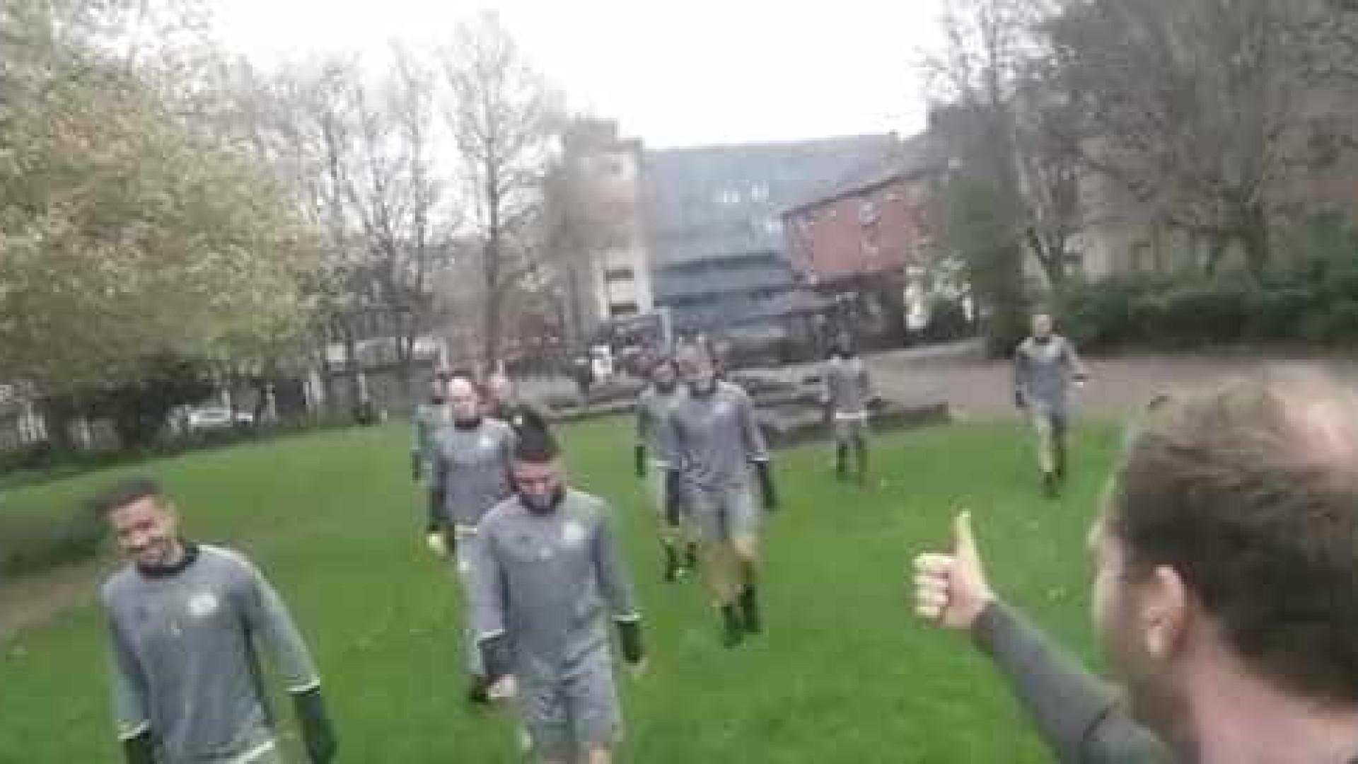 Adepto do United encontra Anderlecht a treinar no meio da rua