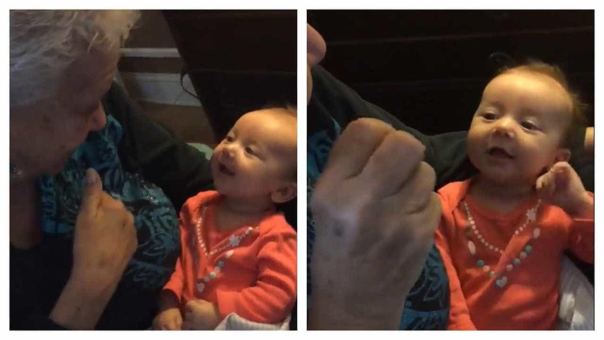Bebé surda fala pela primeira vez em língua gestual