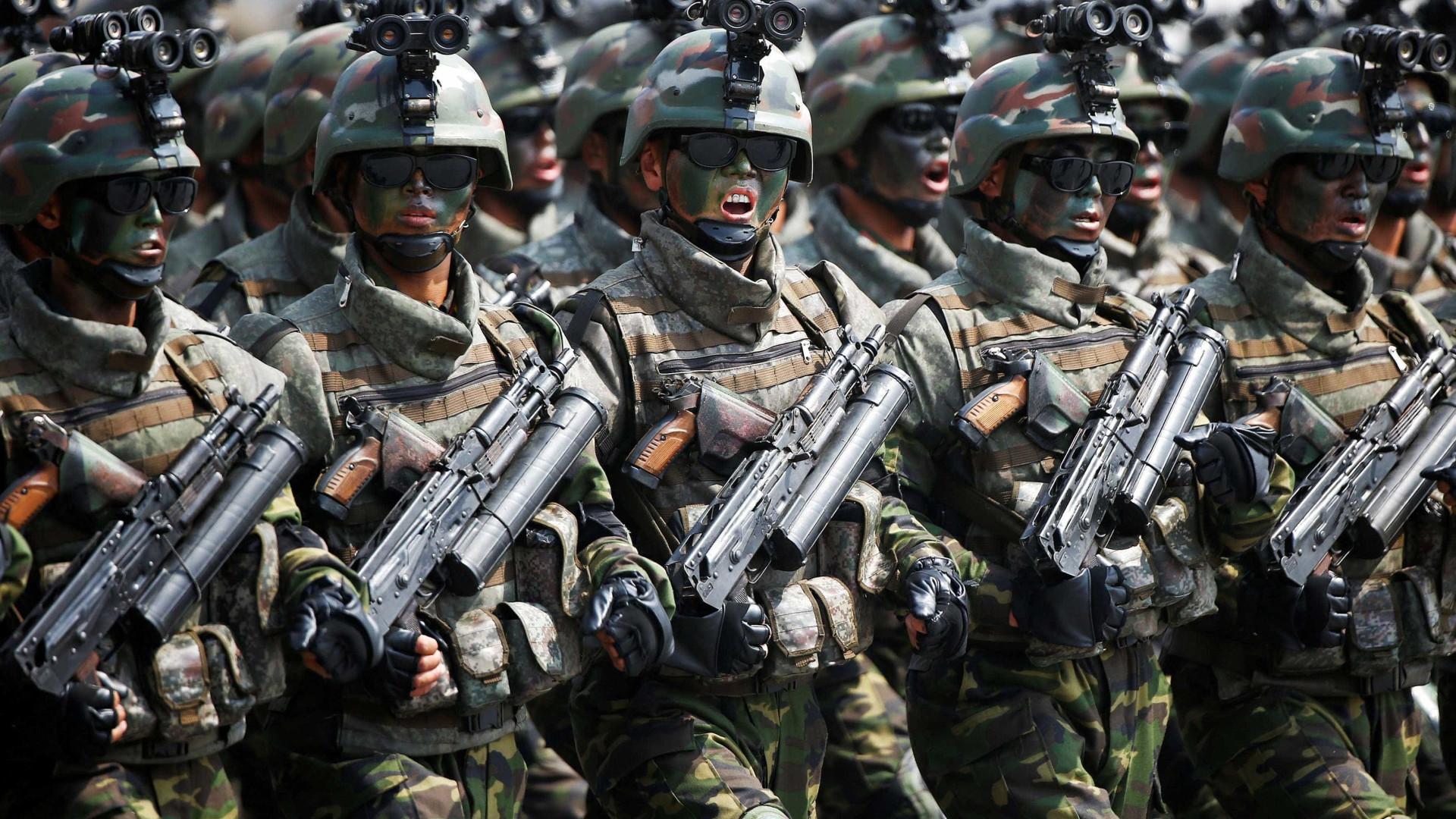 Soldados norte-coreanos a jogar voleibol numa base nuclear?