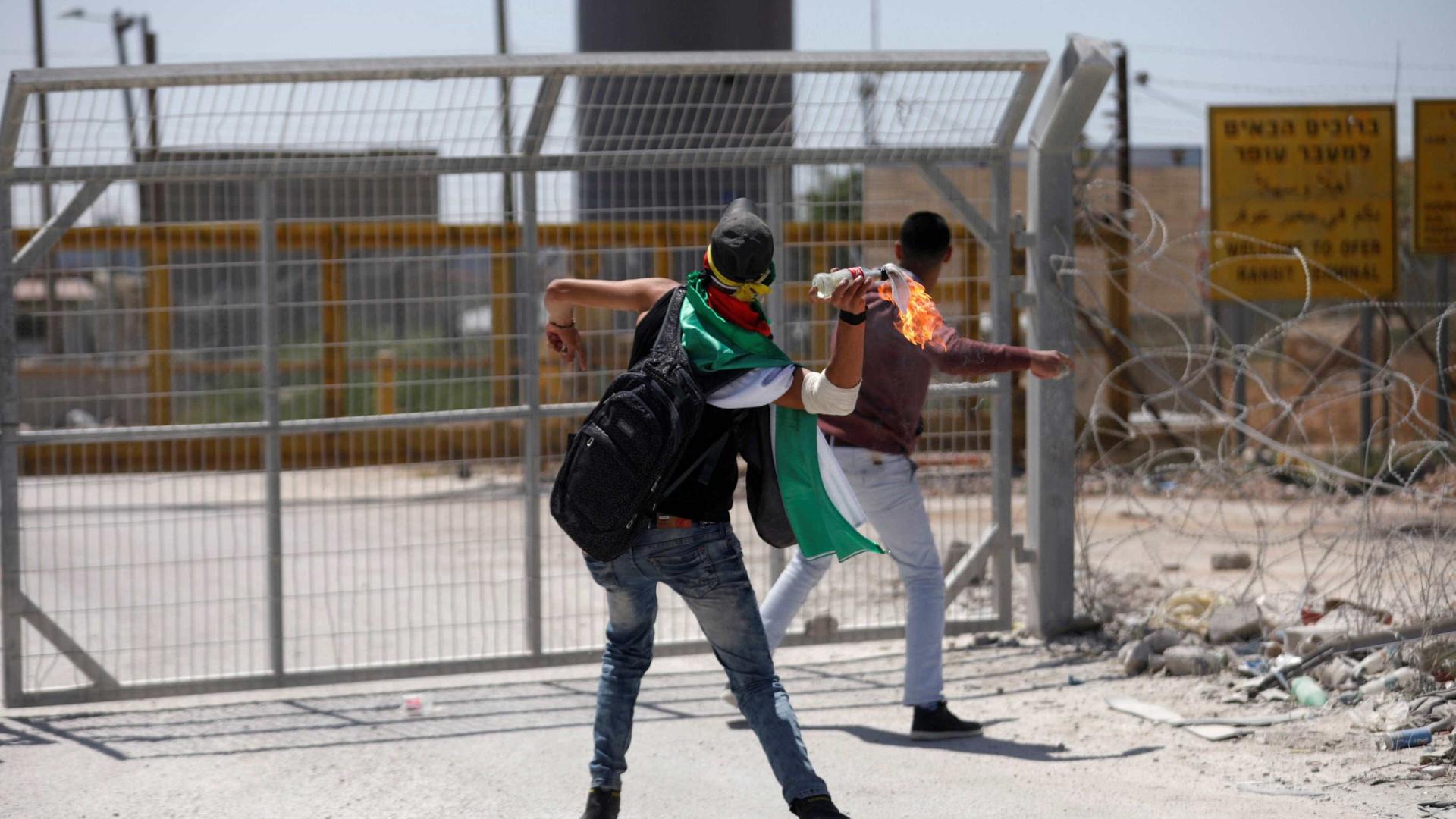 Confrontos entre forças israelitas e palestinianos diante de uma prisão