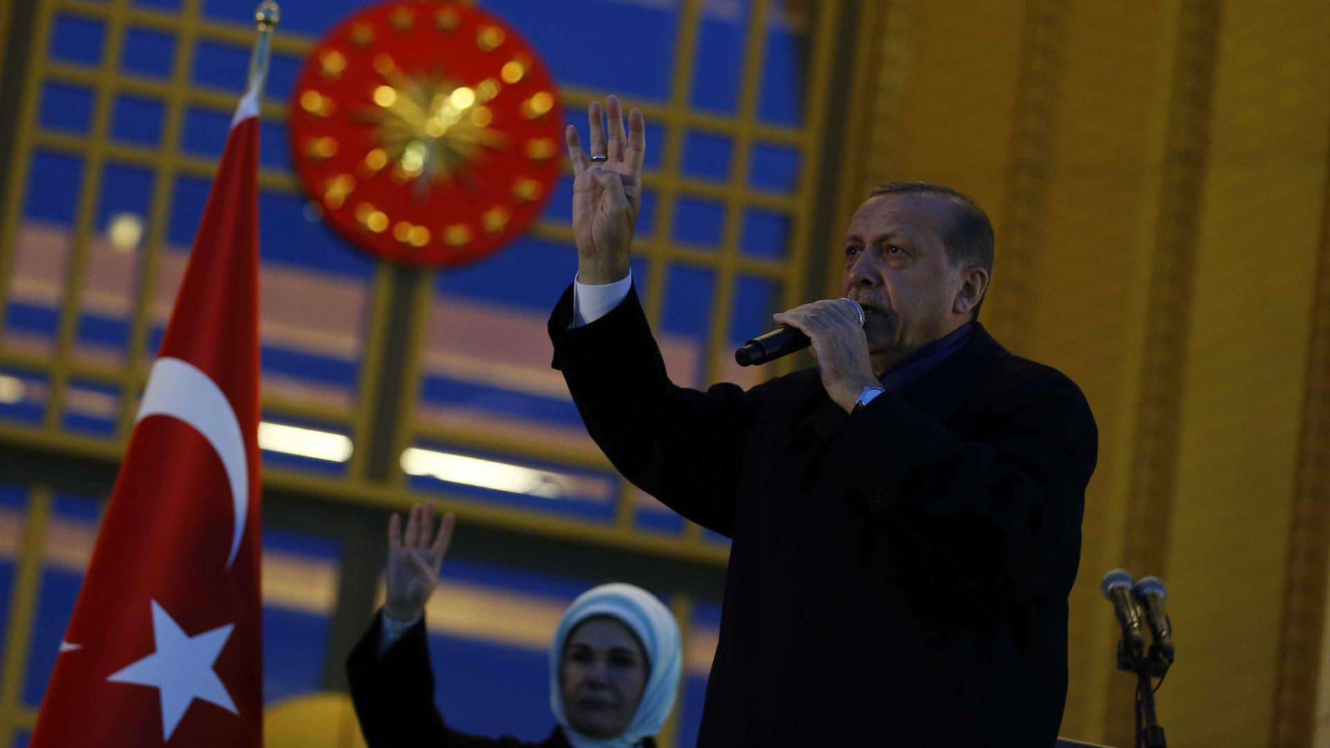 Erdogan encerra debate sobre referendo e anuncia encontro com Trump