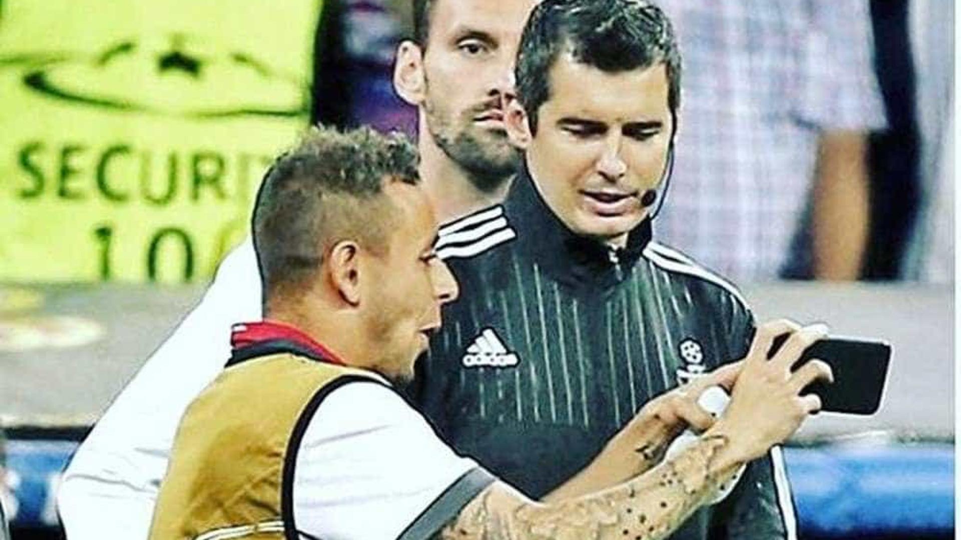 Real-Bayern: Rafinha mostrou erros ao árbitro pelo telemóvel
