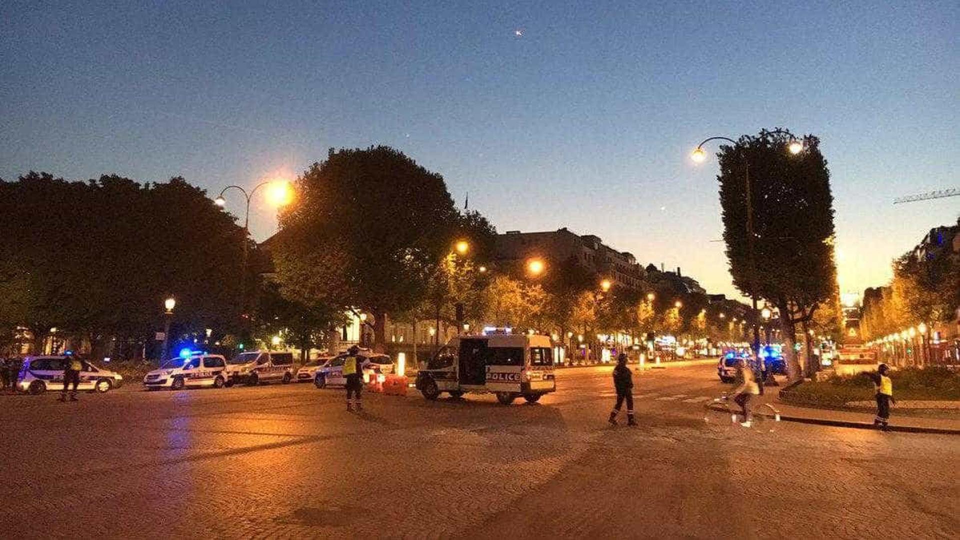 Um polícia morto e um ferido em tiroteio em avenida central de Paris