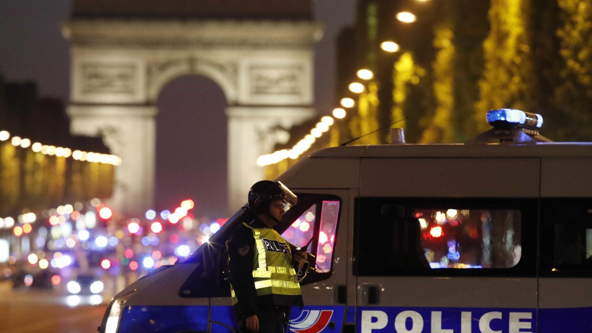 Um polícia morto e dois gravemente feridos em tiroteio no centro de Paris