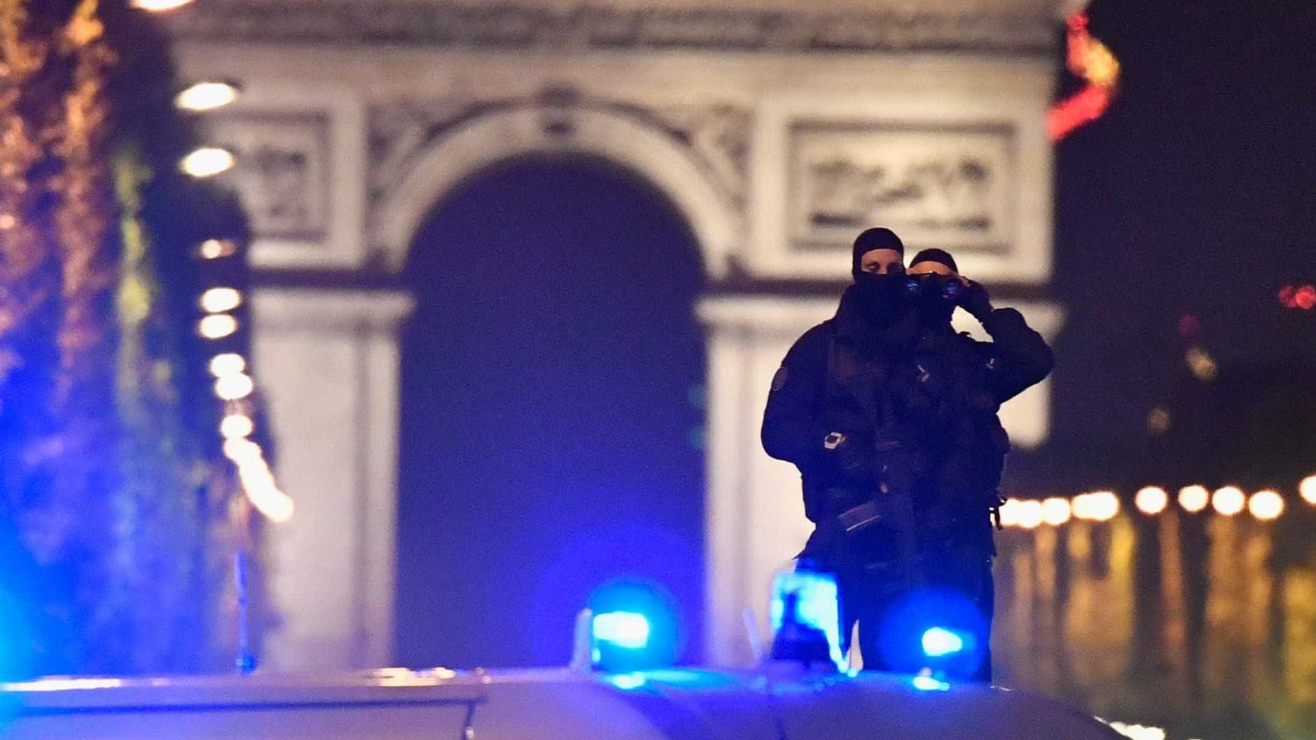 Polícias feridos no ataque de Paris não correm perigo de vida