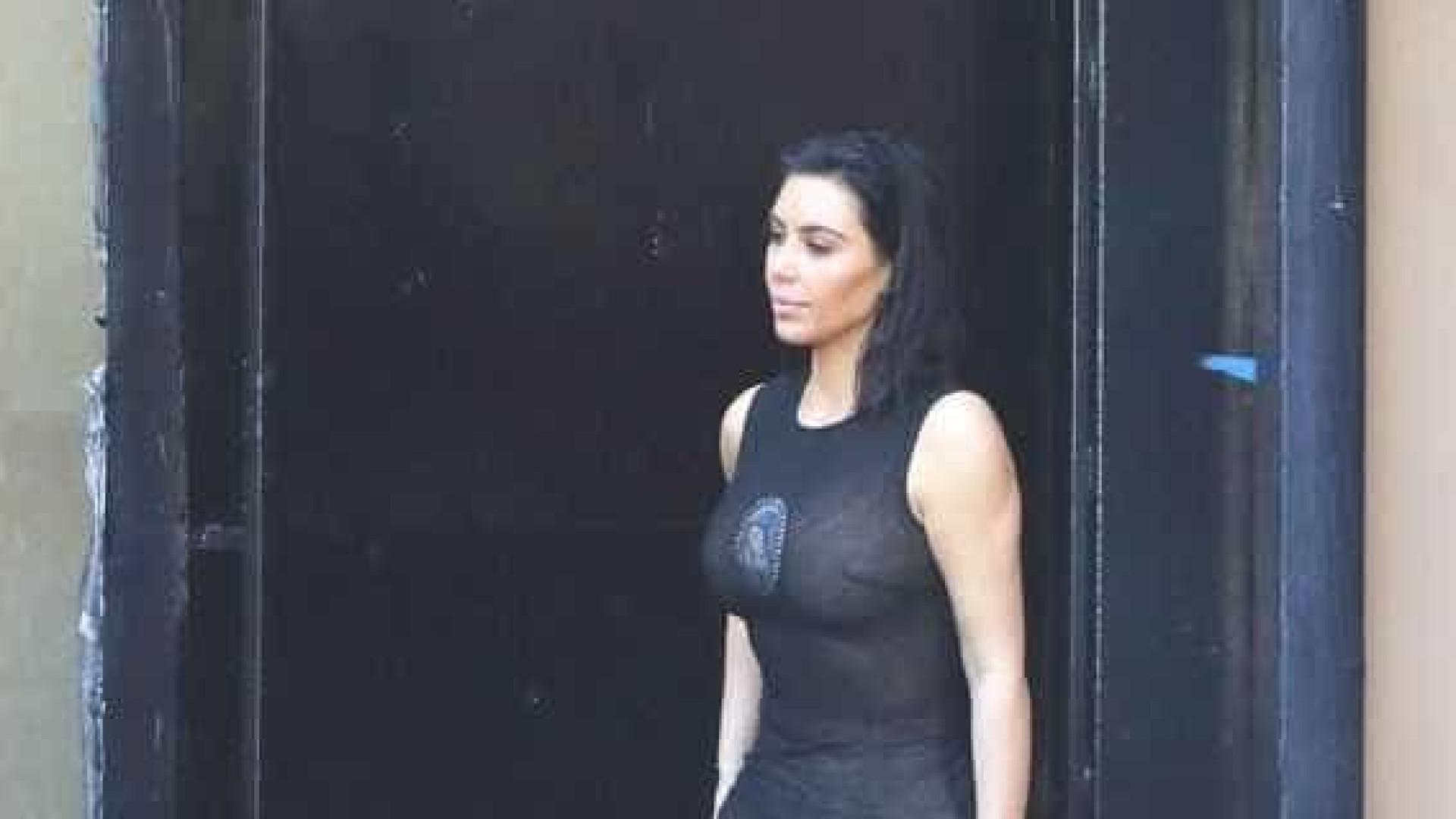 Kim Kardashian exibe a sua melhor forma física com look transparente