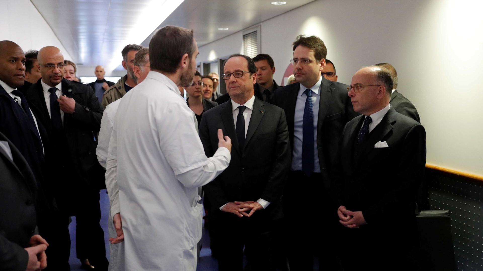 Hollande visitou os dois polícias hospitalizados devido a ataque em Paris