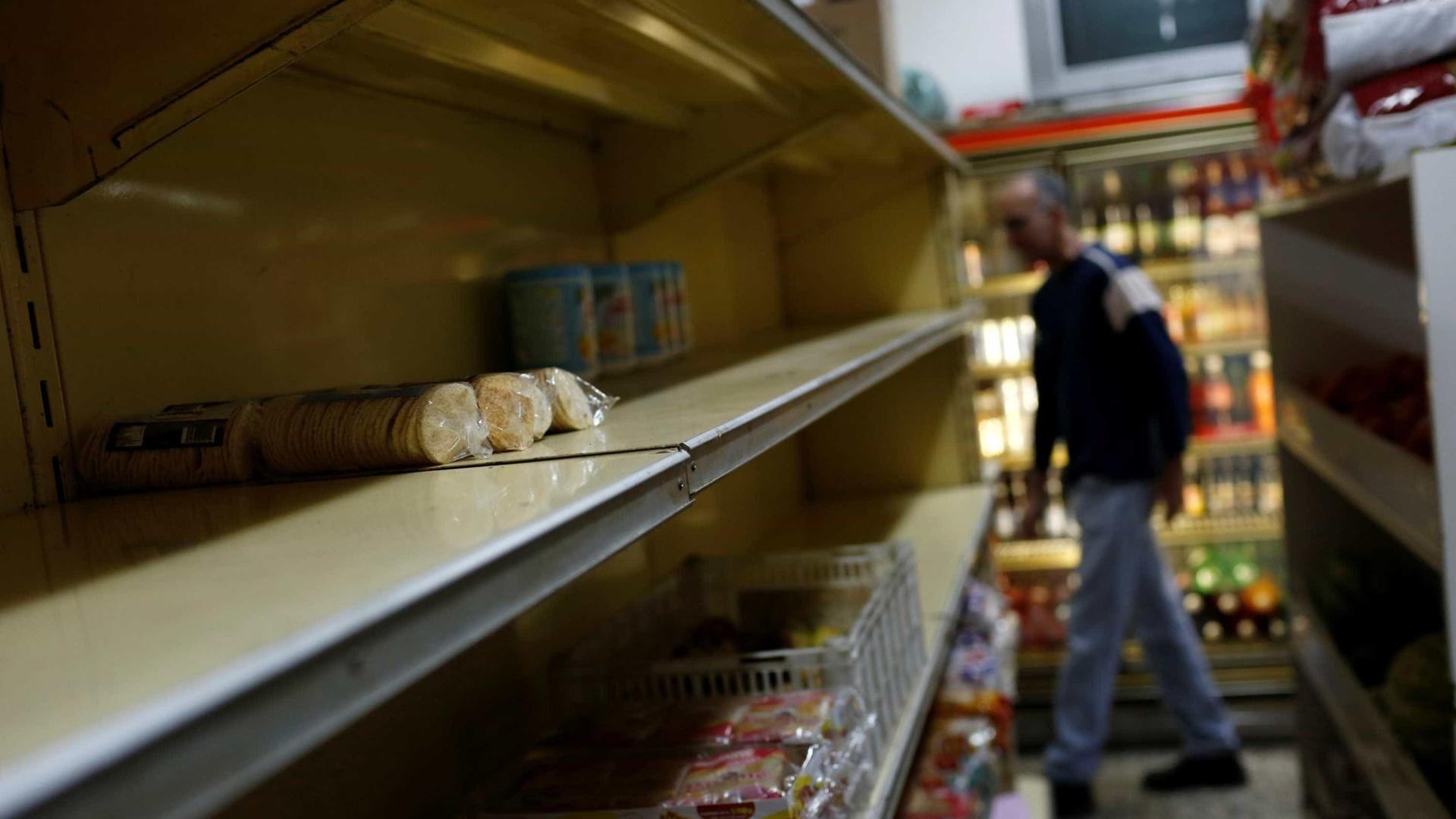 """Preços """"devoram"""" salário de venezuelanos que tentam esticar salário"""