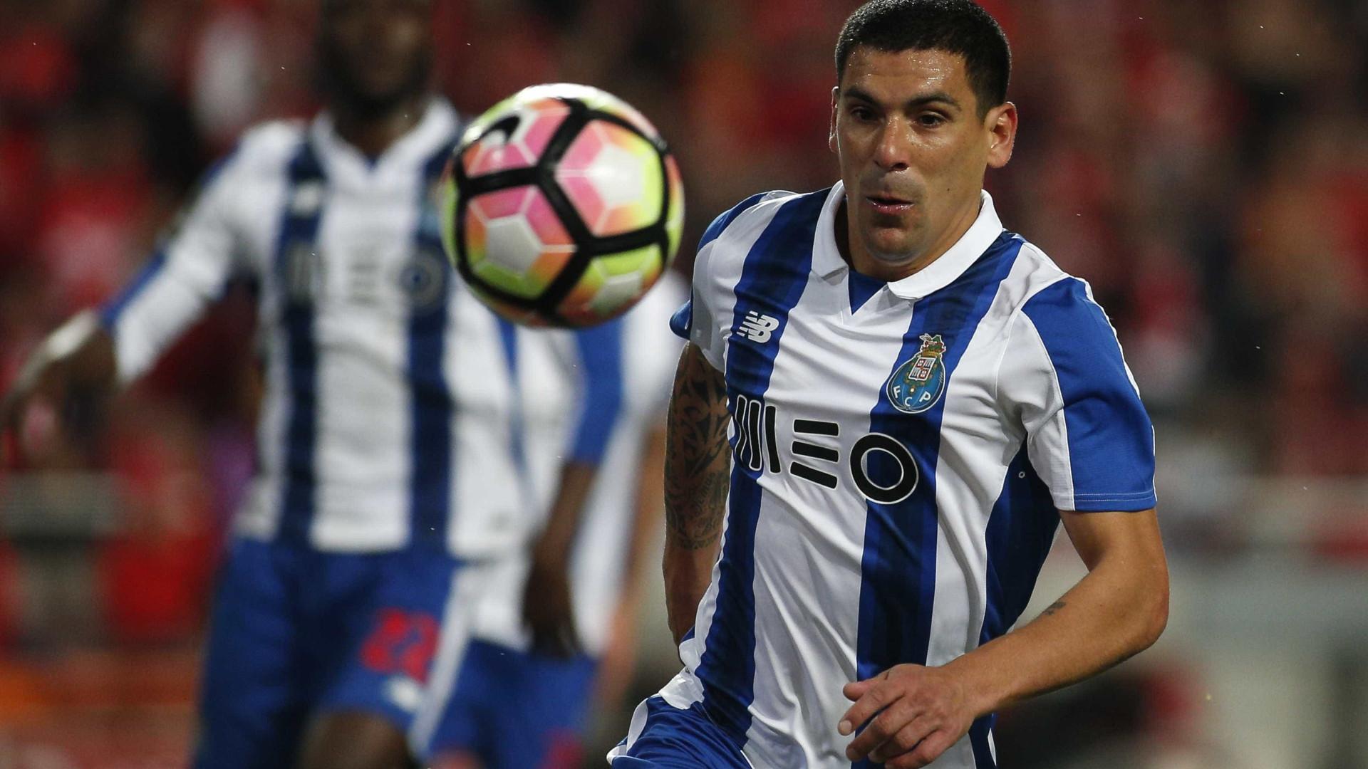 Maxi Pereira deseja renovar com FC Porto a todo o custo