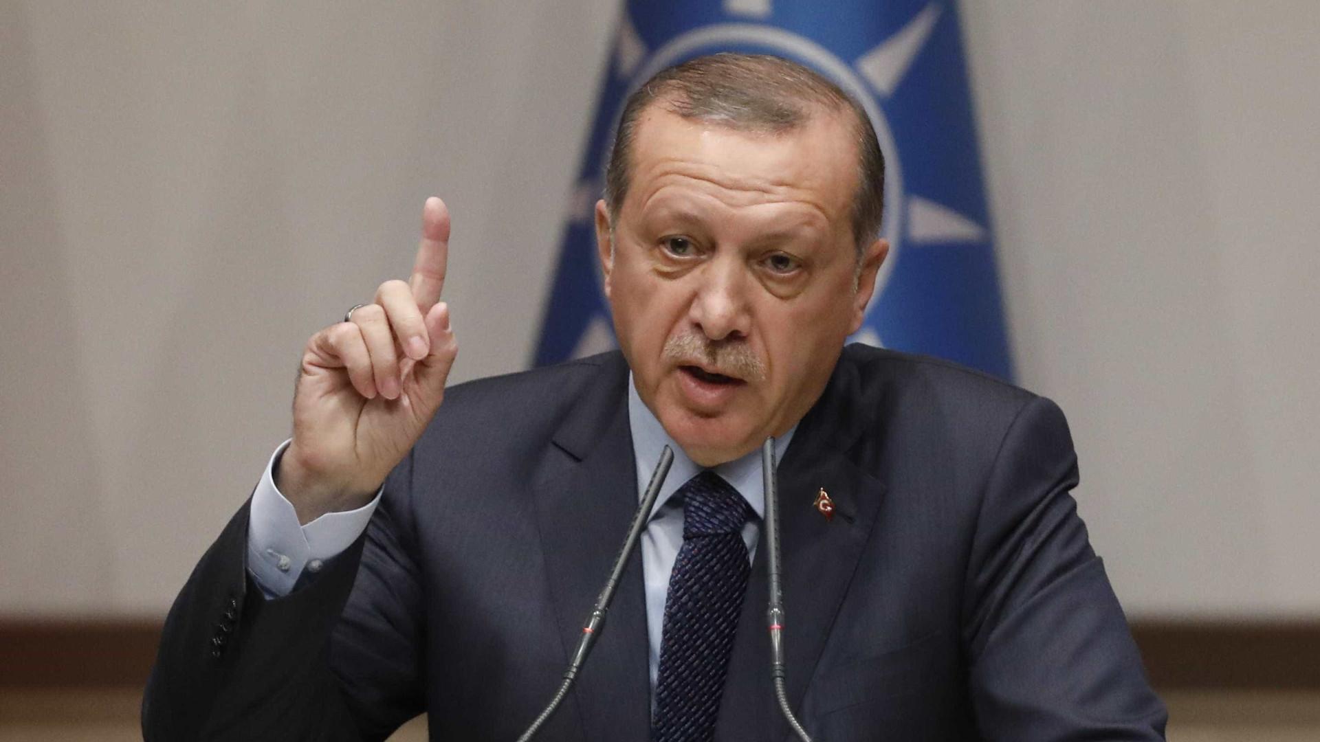 """Erdogan fala em """"ajustamentos"""" territoriais na véspera da visita à Grécia"""