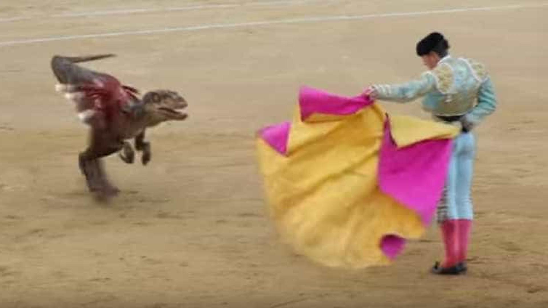 Em vez de um touro, um dinossauro para mostrar violência de touradas