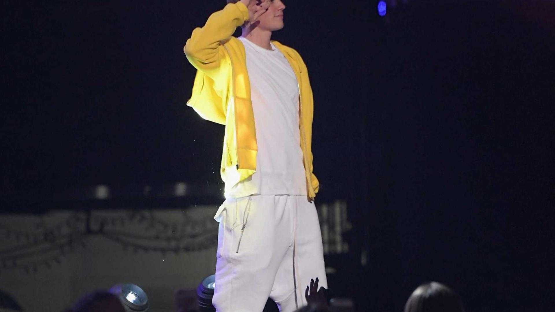 Justin Bieber reaproxima-se do pai em momento difícil