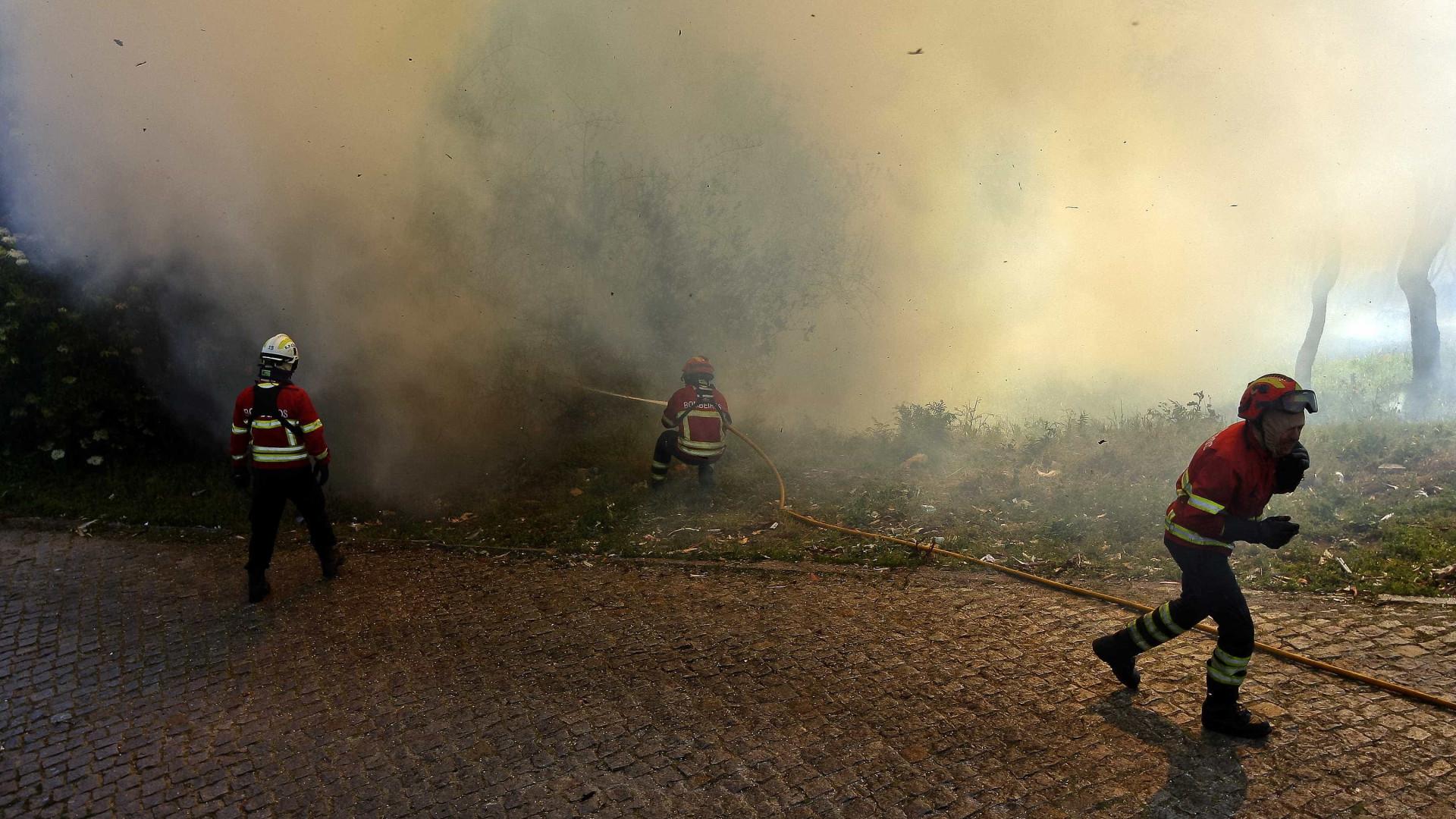Bombeira ferida sem gravidade no combate às chamas na Guarda