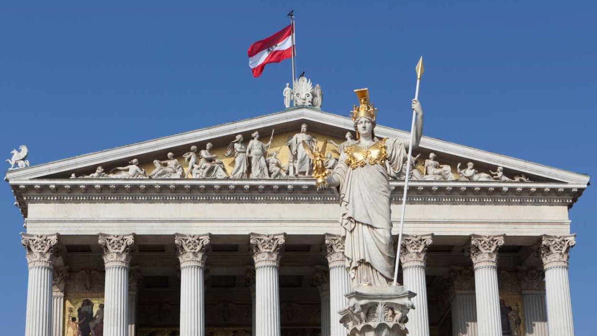 Tribunal austríaco considera admitir terceiro género em registos oficiais