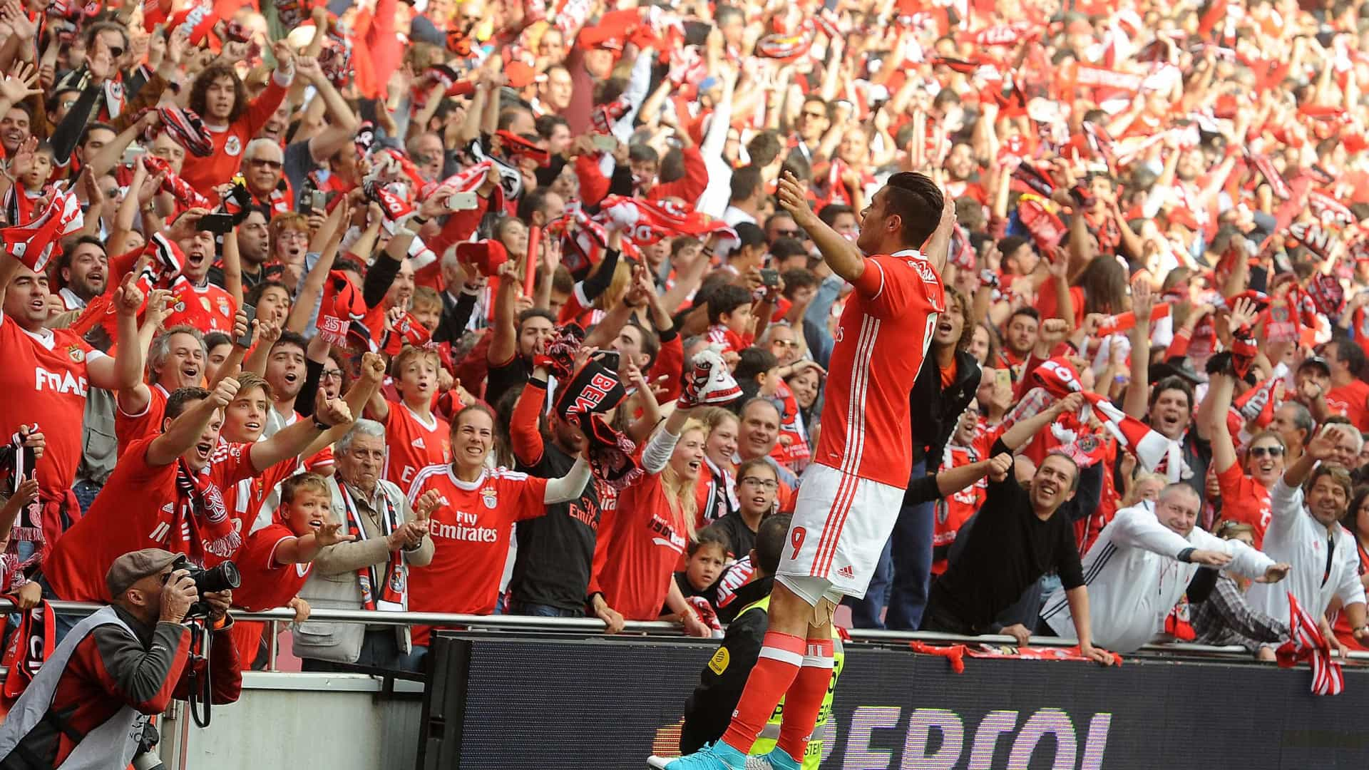 West Ham tenta convencer Benfica a libertar Jiménez