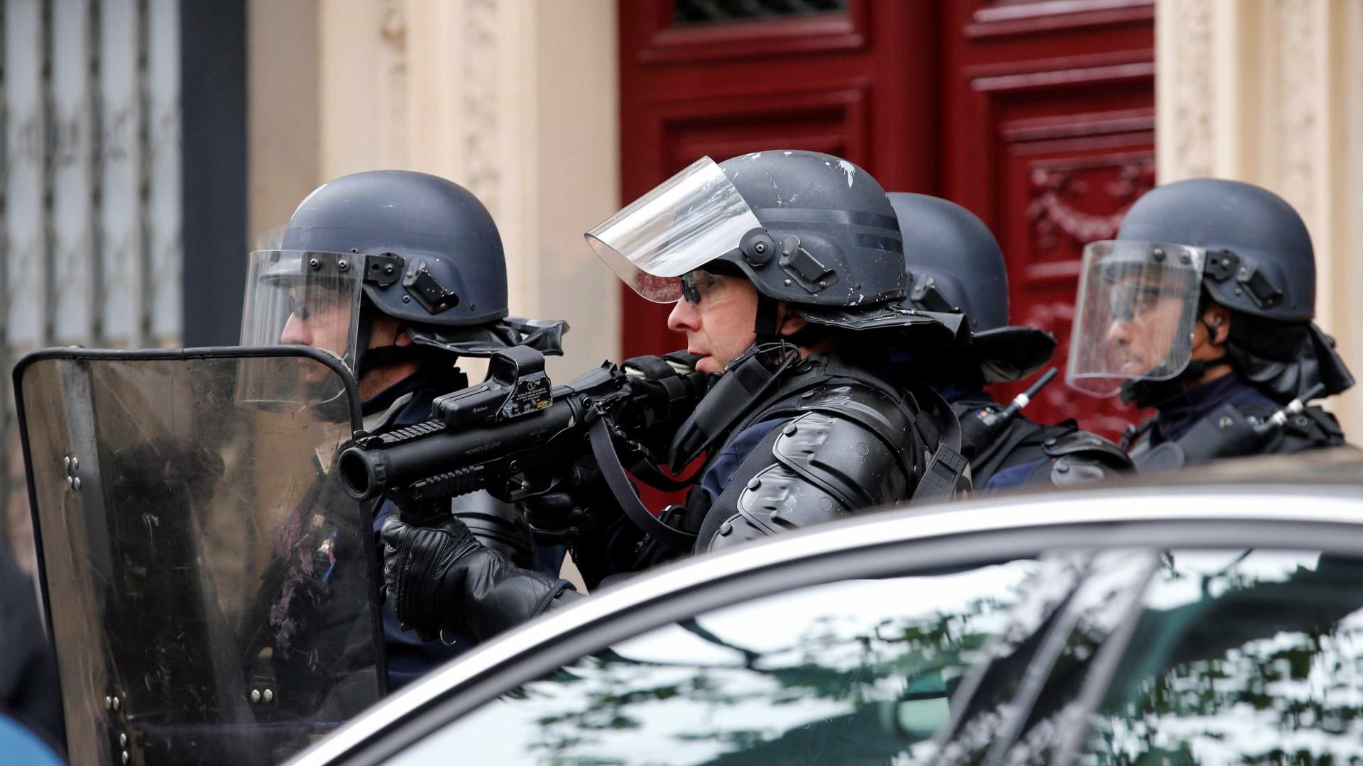 Homem tenta atropelar pessoas numa mesquita perto de Paris