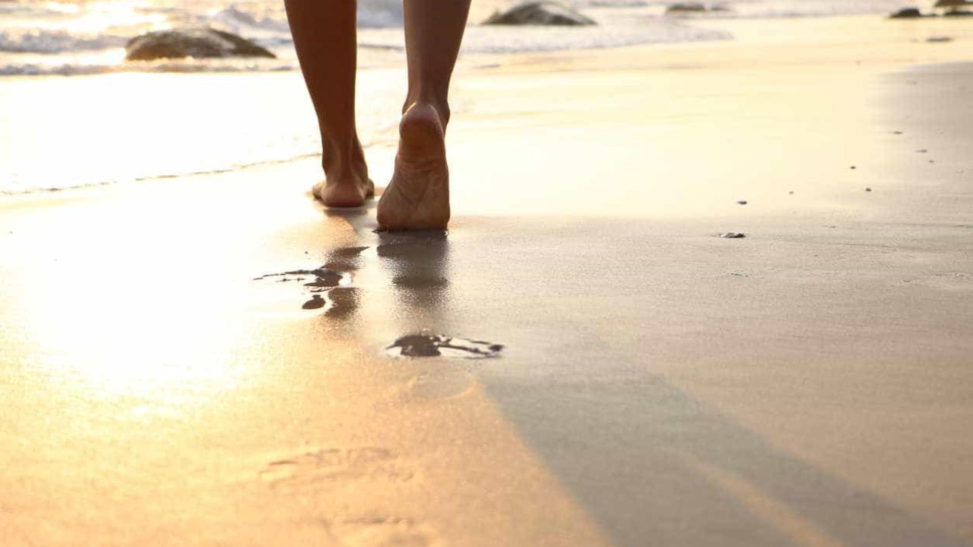 O risco de escaldão é maior junto ao mar ou estendido na toalha?
