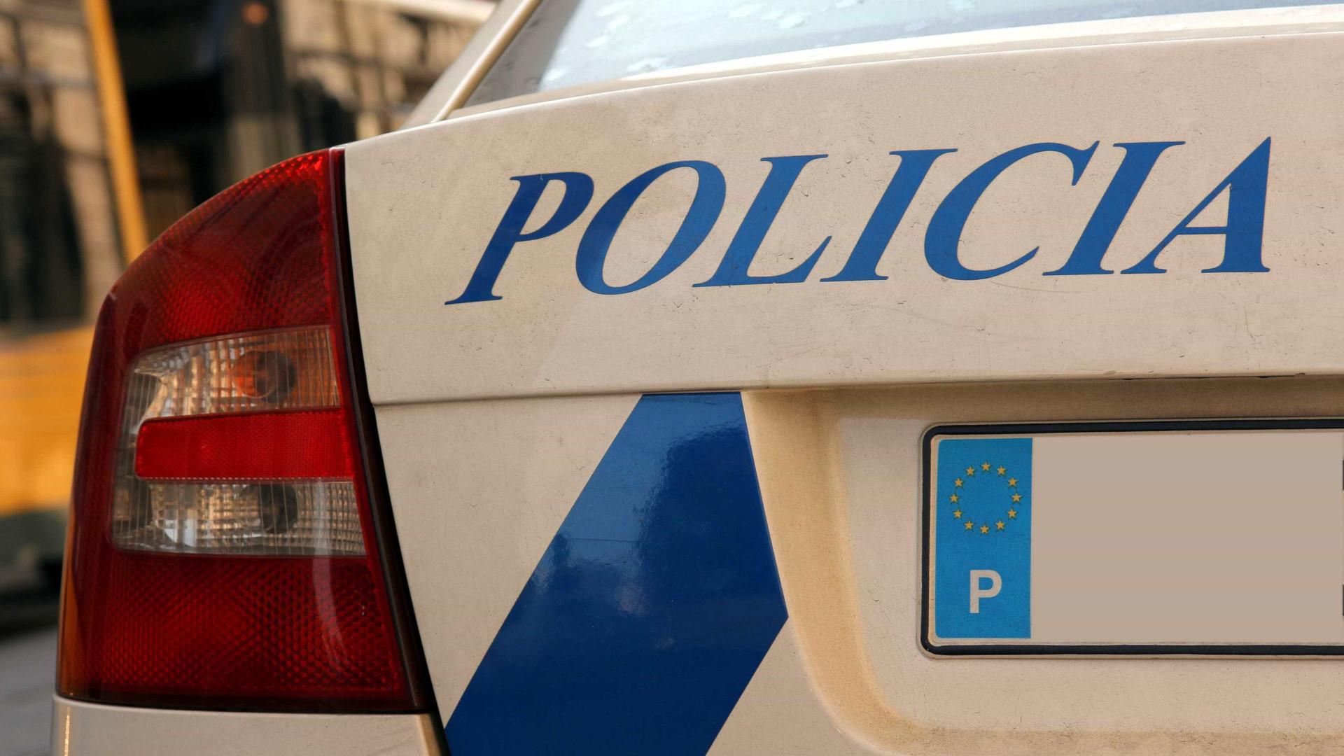 Taxista encontrado morto junto ao carro na Amadora