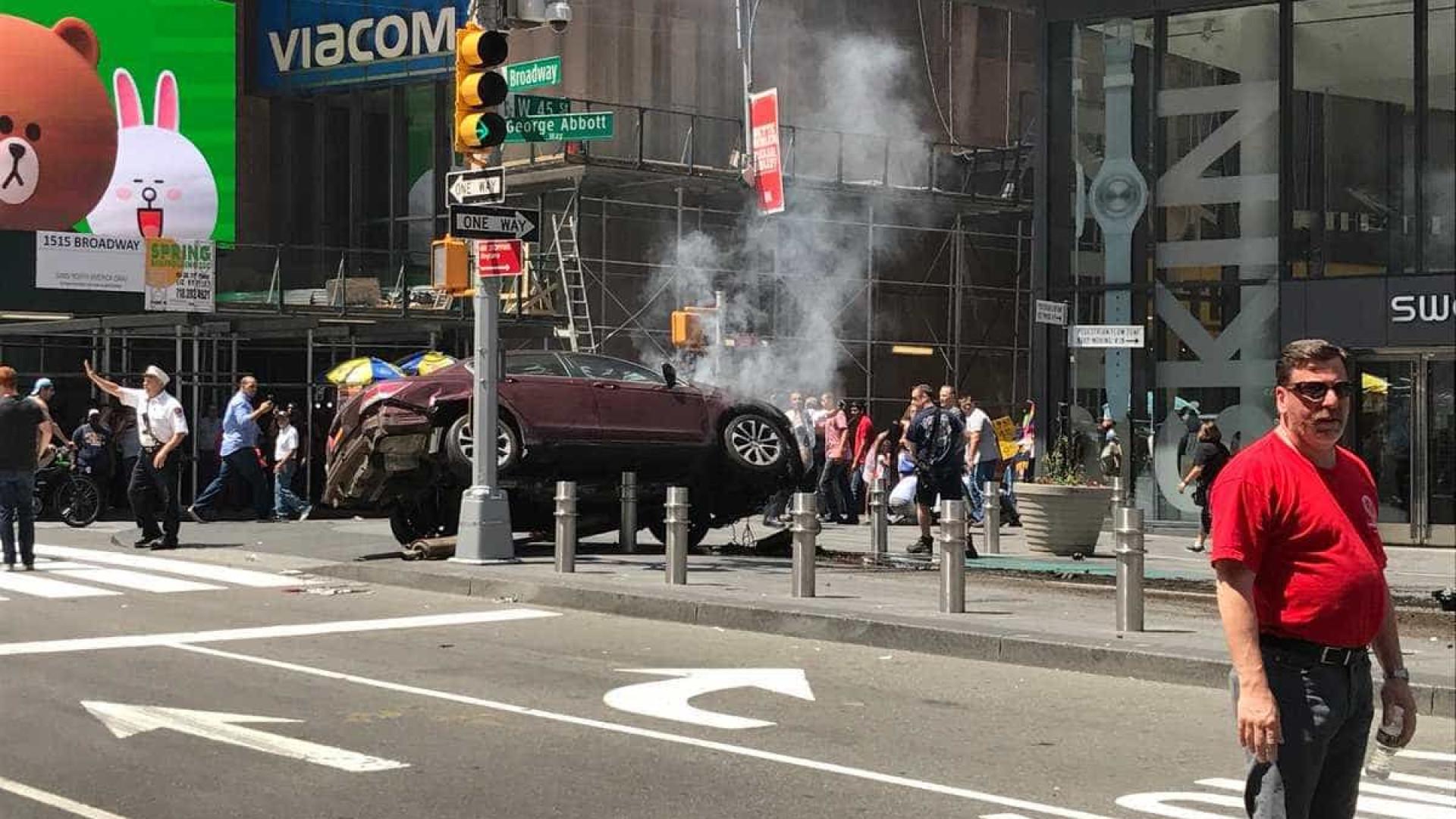 Carro a alta velocidade embate contra multidão em Nova Iorque