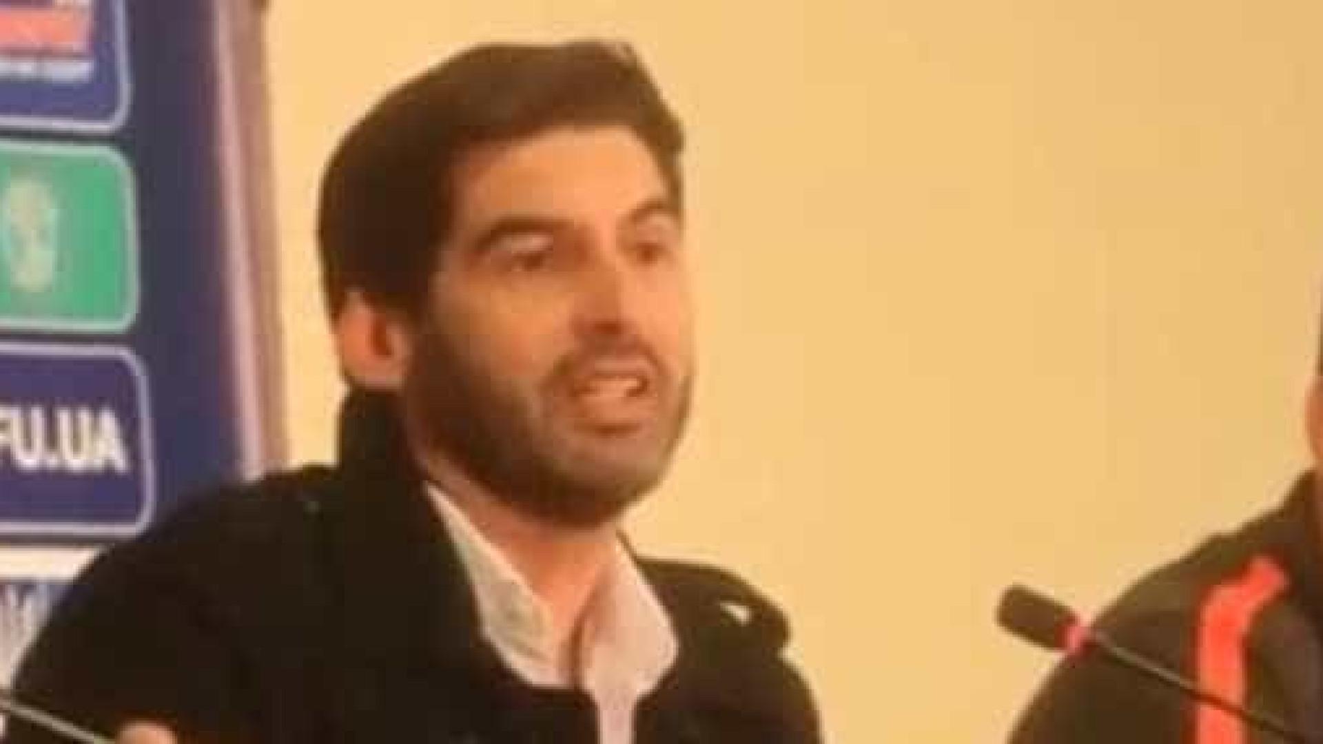Paulo Fonseca oferece pastilha para a azia a um jornalista ucraniano