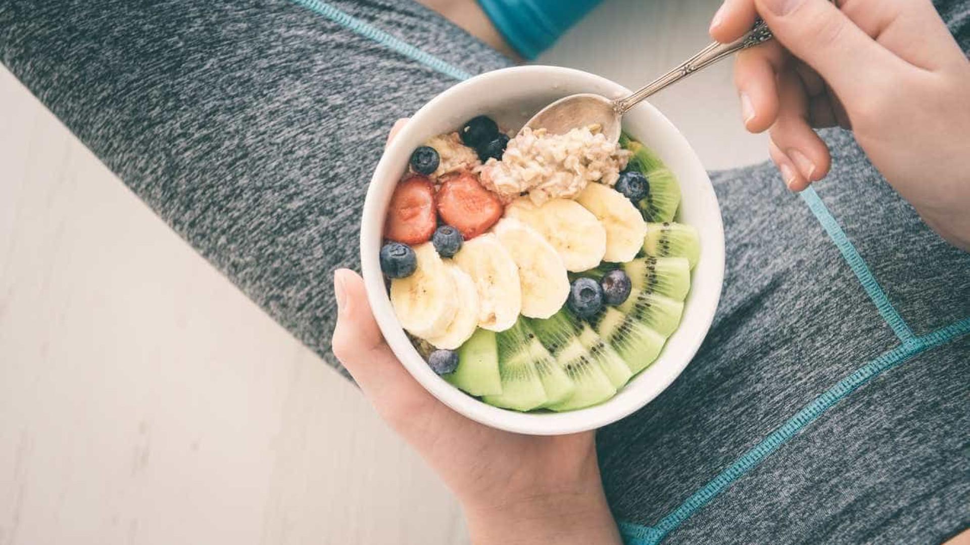 Queima calorias, mas não só. O exercício também pode influenciar a dieta